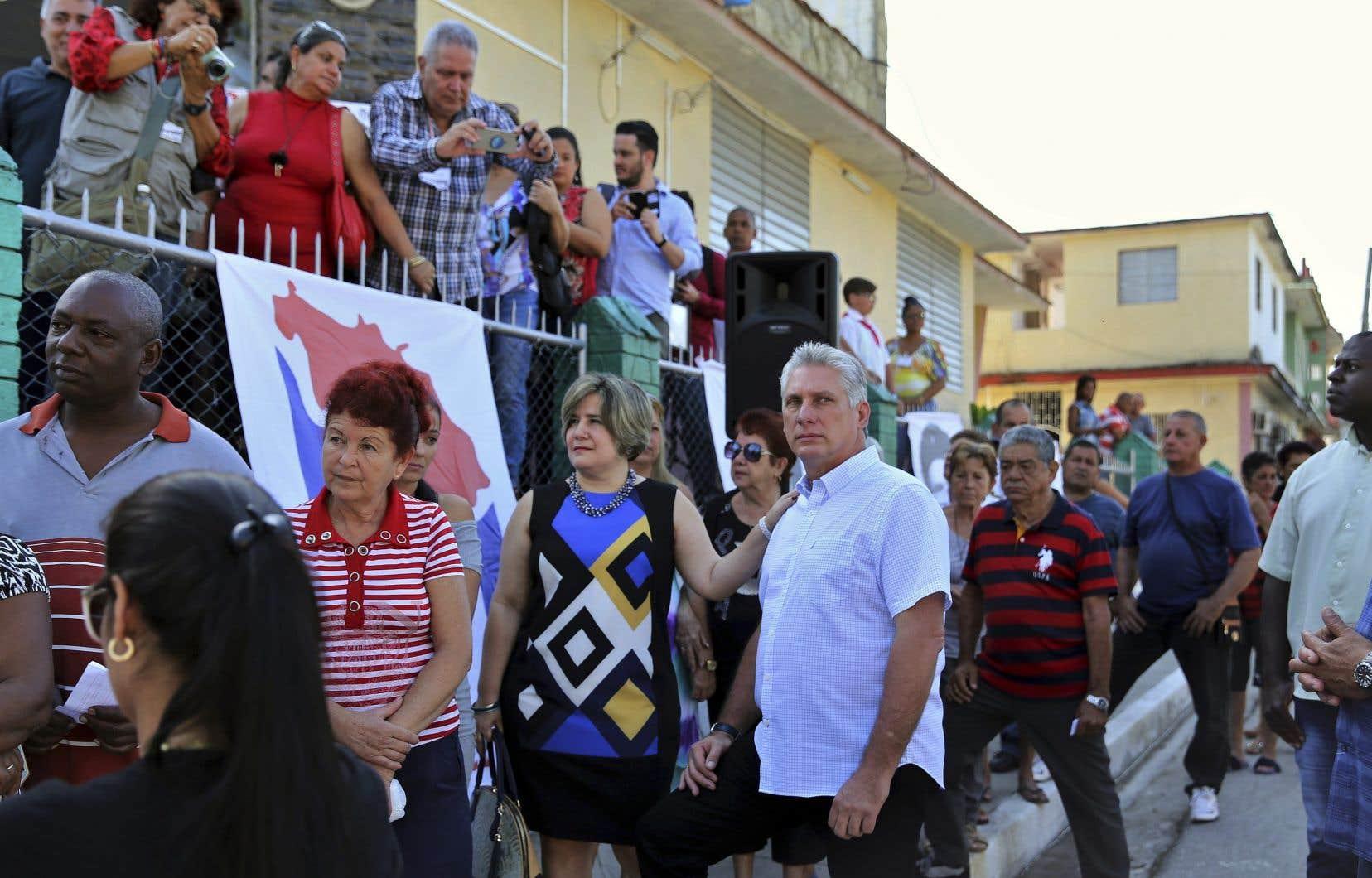 Des Cubains font la file devant un bureau de scrutin à Santa Clara, dimanche. Parmi eux se trouvele premier vice-président et numéro deux du gouvernement, Miguel Diaz-Canel, 57ans (en bleu pâle).