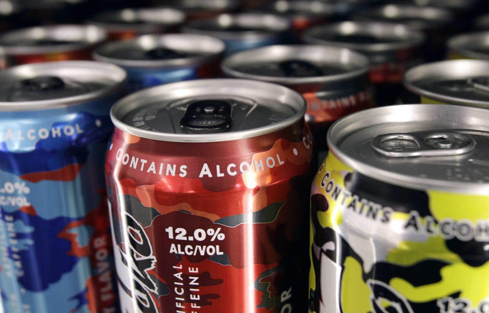 Dans l'idéal, la vente des boissons contenant des produits qui camouflent le goût et l'effet de l'alcool devrait être interdite, juge l'auteur.