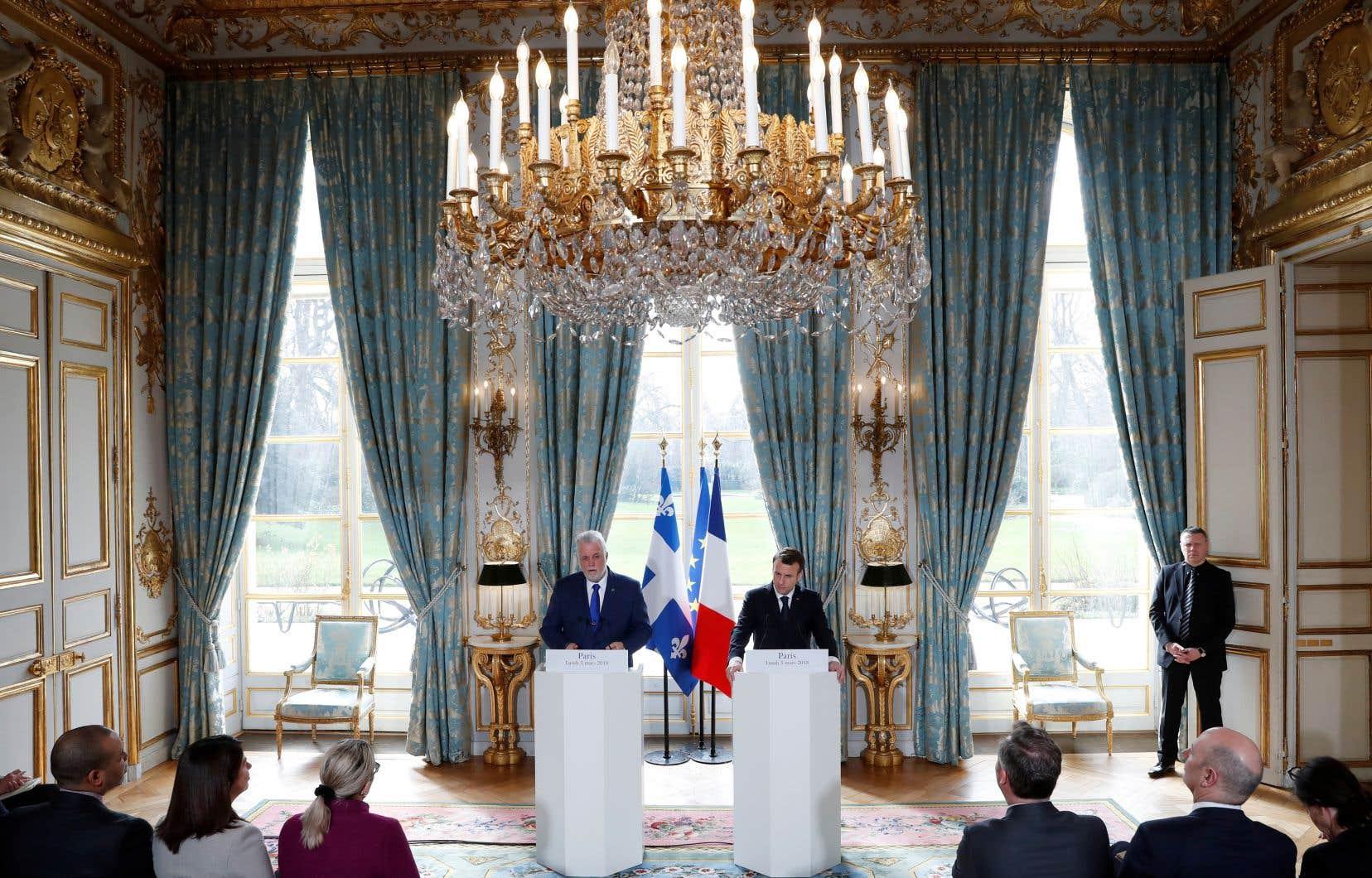 Le premier ministre québécois, Philippe Couillard, et le président français, Emmanuel Macron, ont convenu qu'il fallait agir davantage en appui à l'enseignement du français en Afrique, rappelle l'auteur.