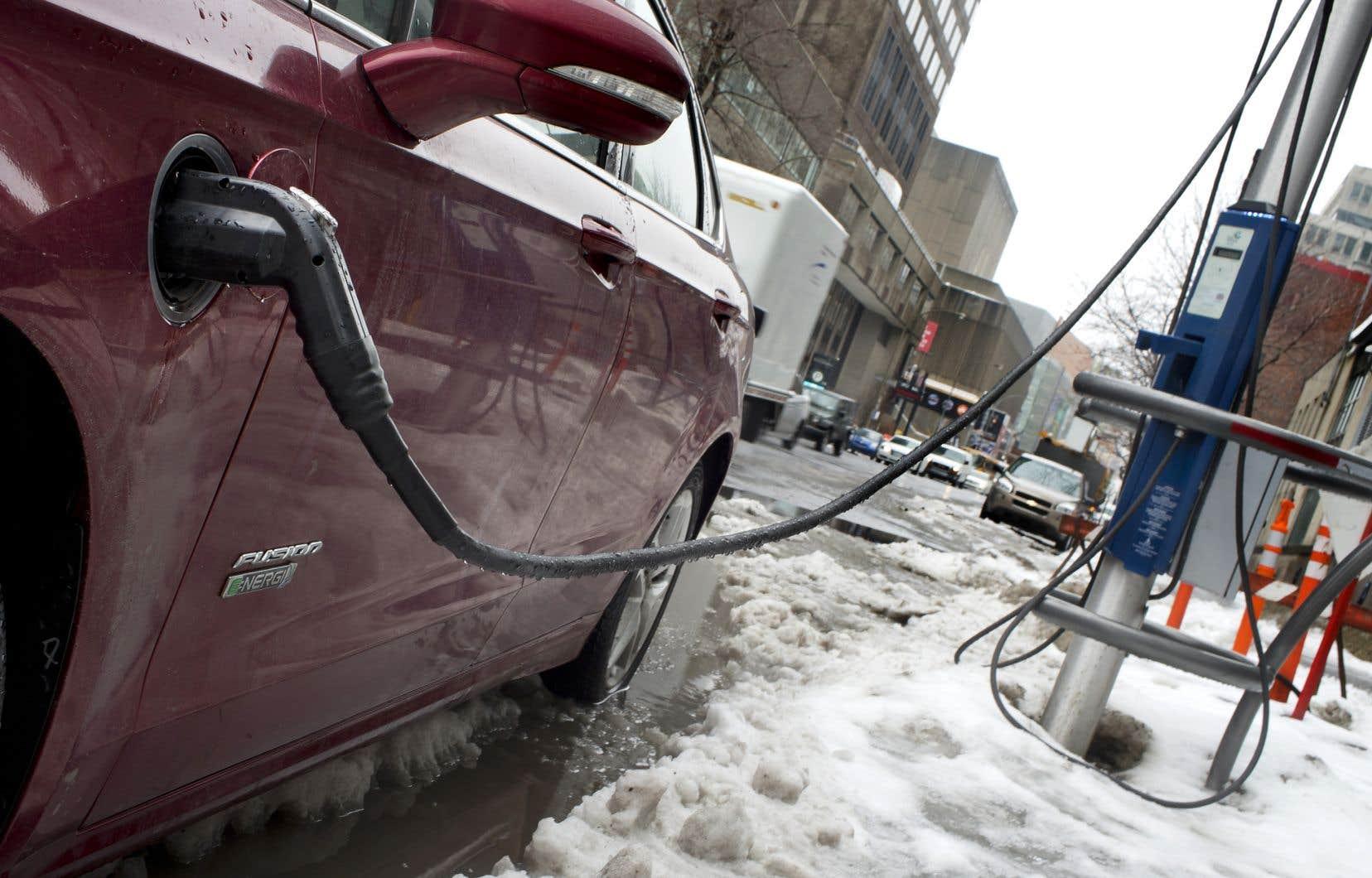 Puisqu'elle n'émet aucun polluant et fonctionne sans énergie fossile, la voiture électrique s'est vite imposée comme un remède pour améliorer la qualité de l'air.