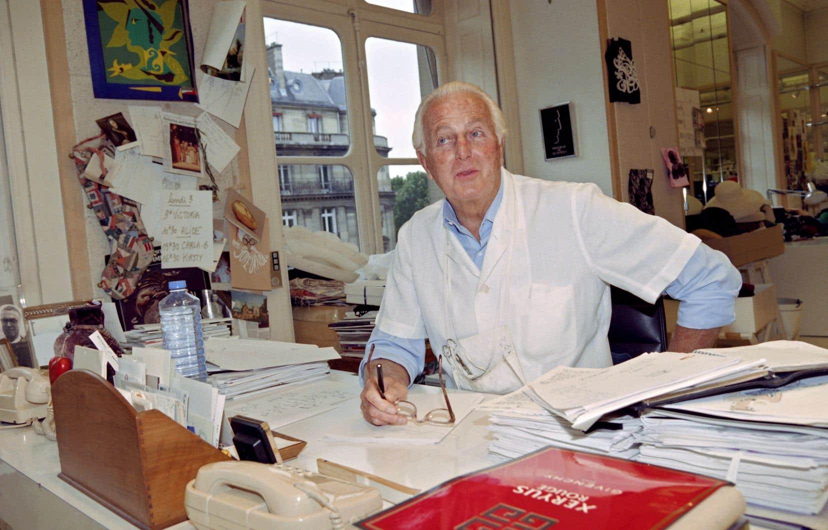 Hubert de Givenchy prend la pose dans son atelier parisien quelques mois avant sa retraite, en 1995.