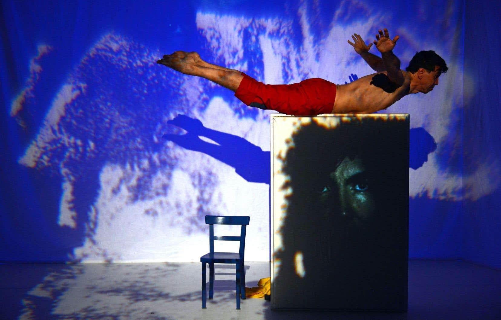 L'environnement visuel de la pièce est signé par l'artiste Janice Siegrist.