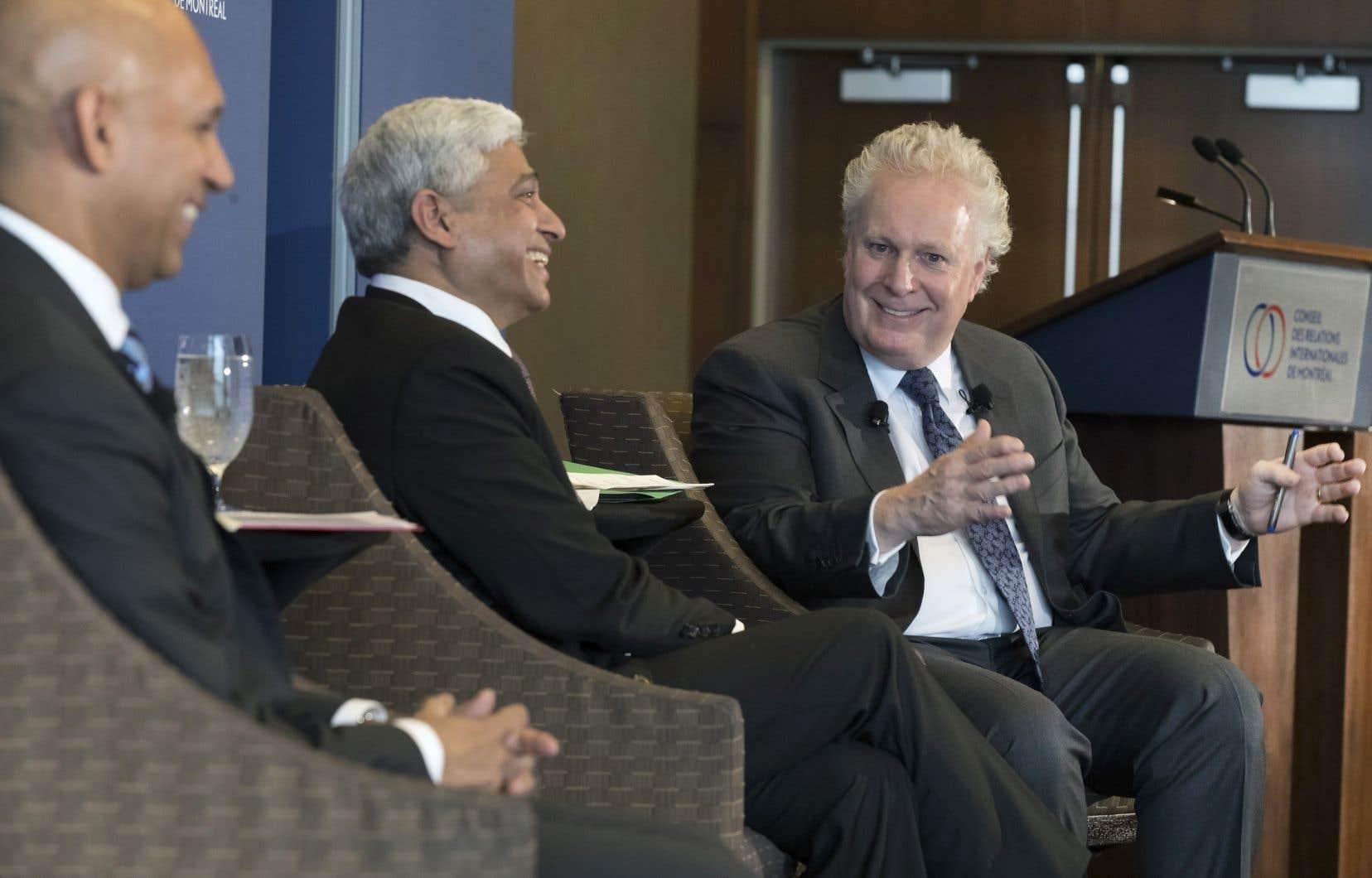 Jean Charest a participé à un panel en compagnie du haut commissaire de l'Inde au Canada, Vikas Swarup, et du haut commissaire du Canada en Inde, Nadir Patel.