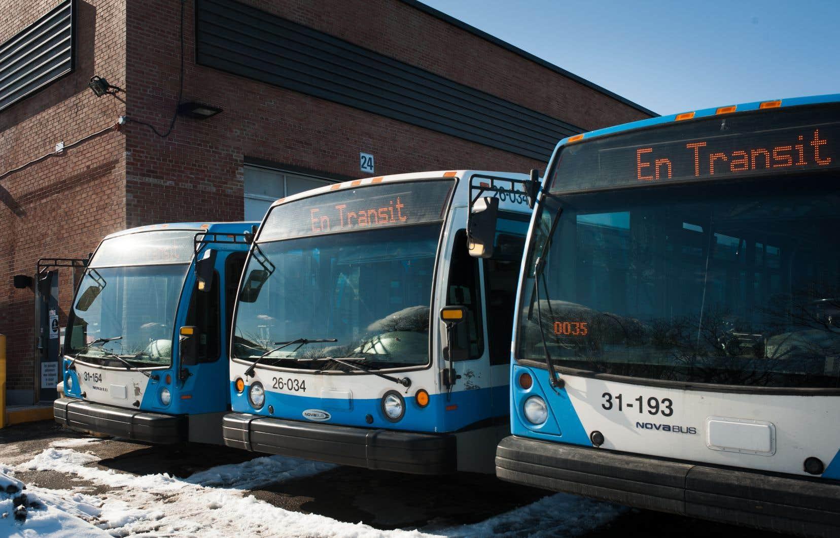 <p>Les 1,34milliard de dollars empruntés permettront donc l'achat d'un total de 963 autobus en six ans.</p>