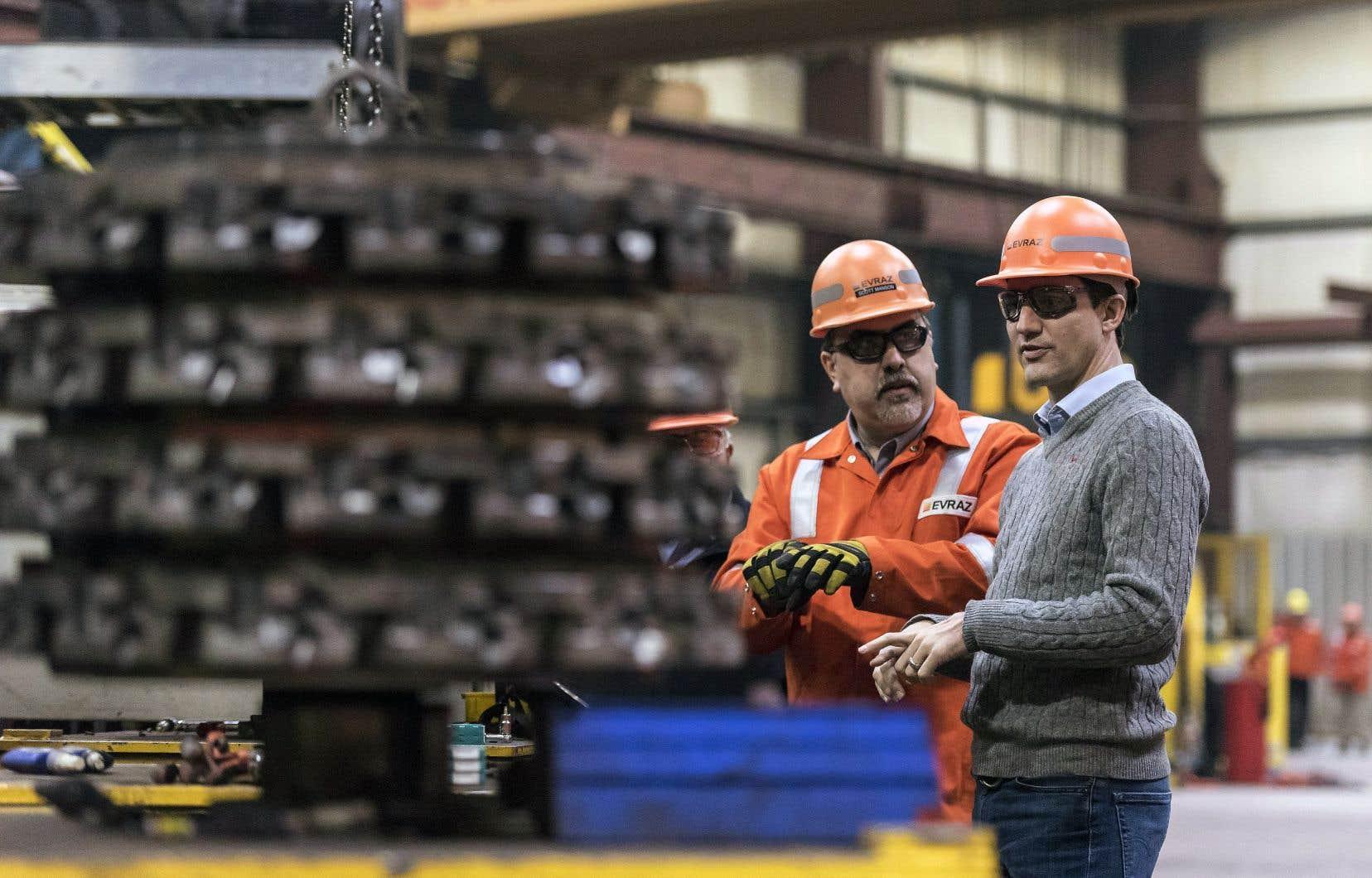 Justin Trudeau (à droite) à l'aciérie EVRAZ, à Regina