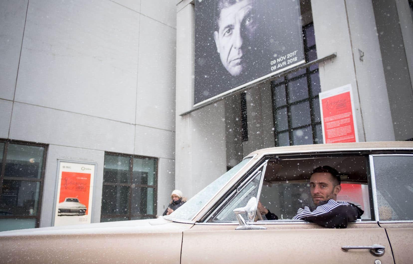 L'artiste sonore Cédric Chabuel dans la voiture où on peut entendre les messages enregistrés