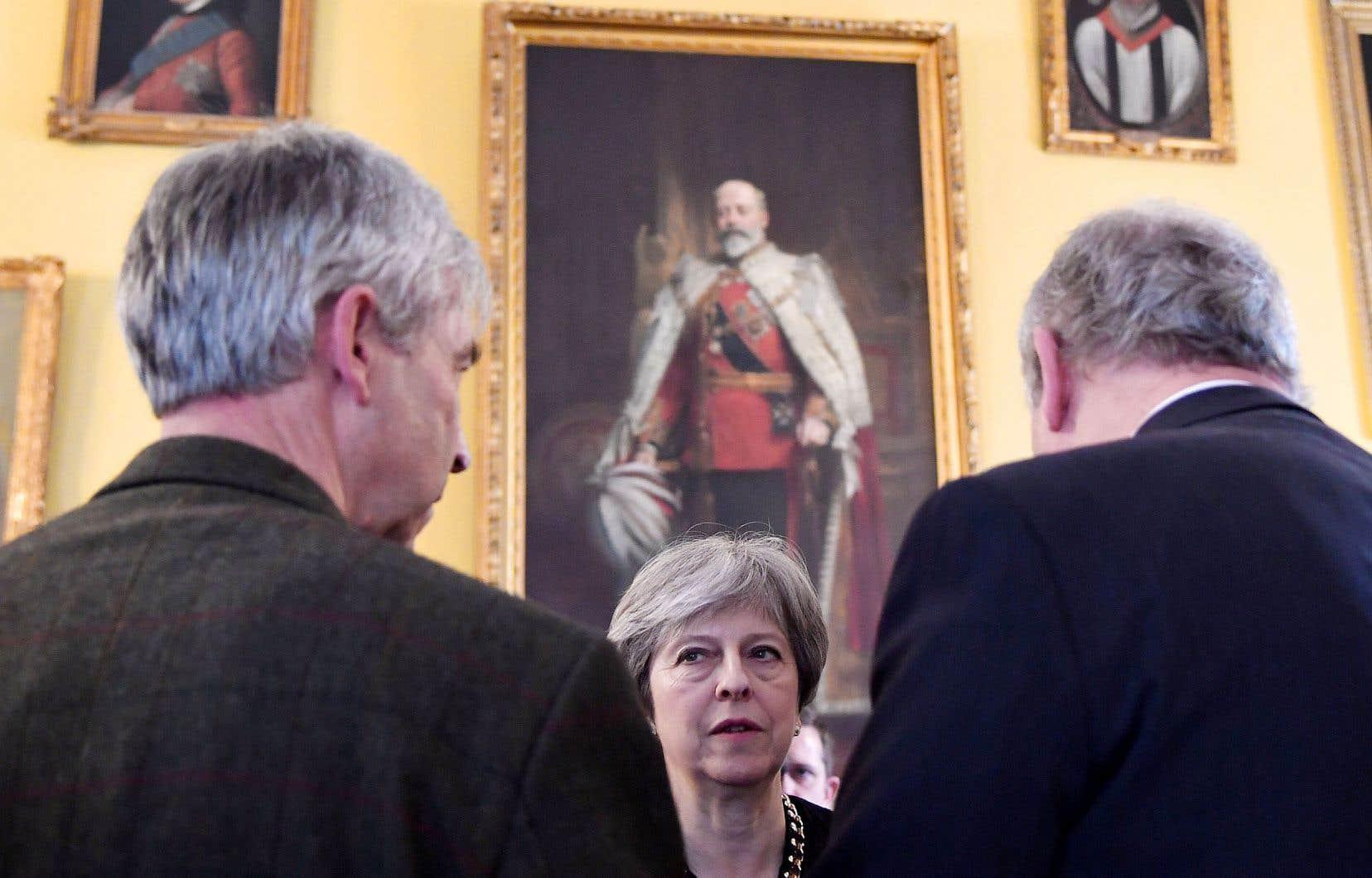 La première ministre britannique, Theresa May, a visité Salisbury pour la première fois depuis l'empoisonnement dans cette petite ville du sud de l'Angleterre de l'ex-agent double russe Sergueï Skripal et sa fille.
