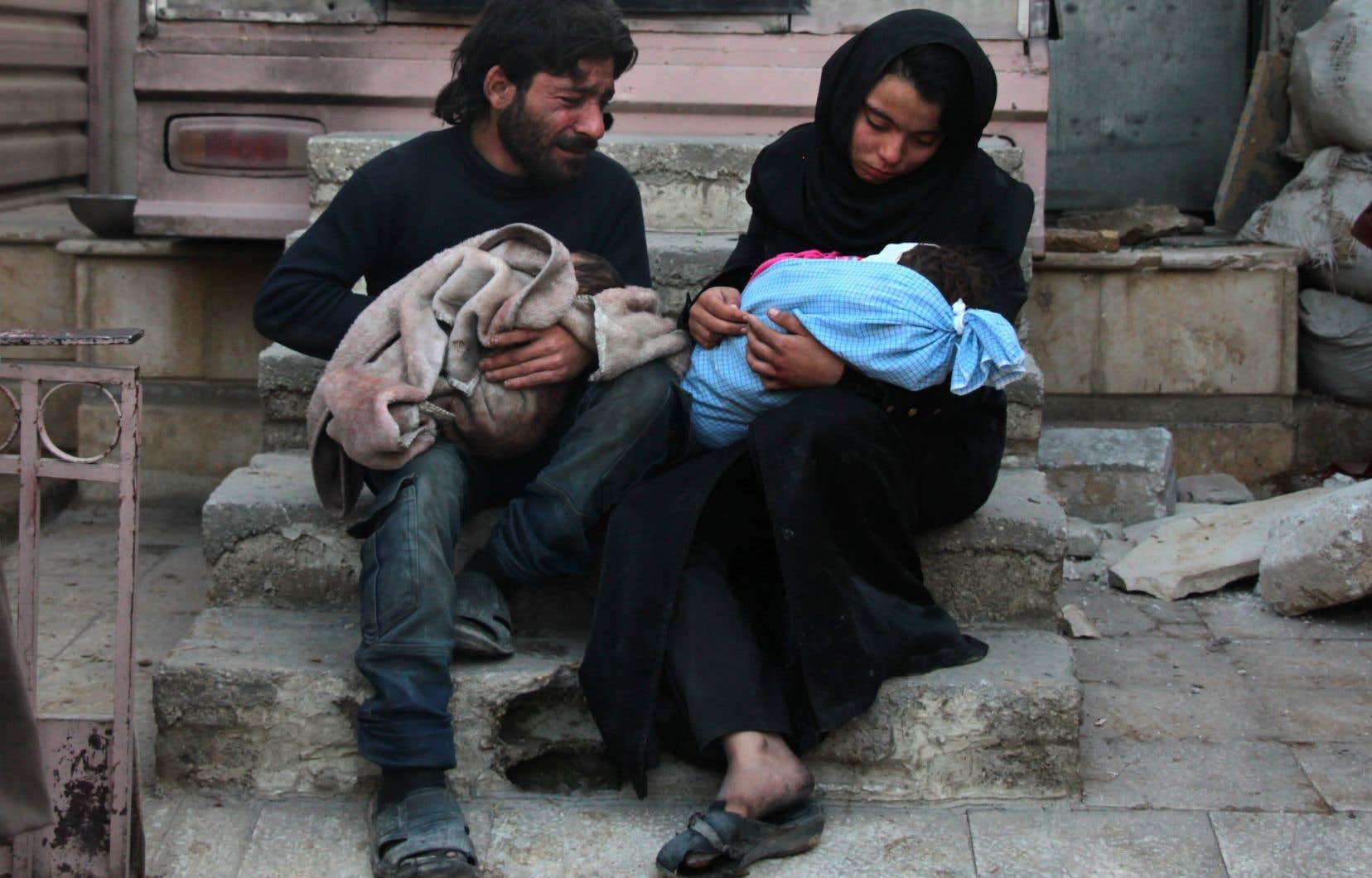 Un couple pleure la mort de son enfant à Damas. Depuis le début de l'année, plus de 1000 enfants ont été tués ou blessés dans le conflit syrien, rappelle l'auteur.