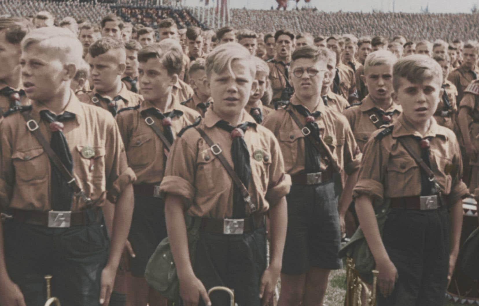 On voit l'engrenage se mettre en place alors que sont évincés parents, famille, école et église au seul profit du parti nazi.