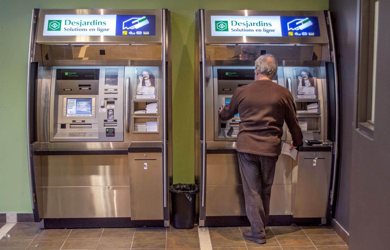 Desjardins a fermé des centaines de caisses, de points de service et de guichets automatiques en région, ce qui suscité la grogne populaire.