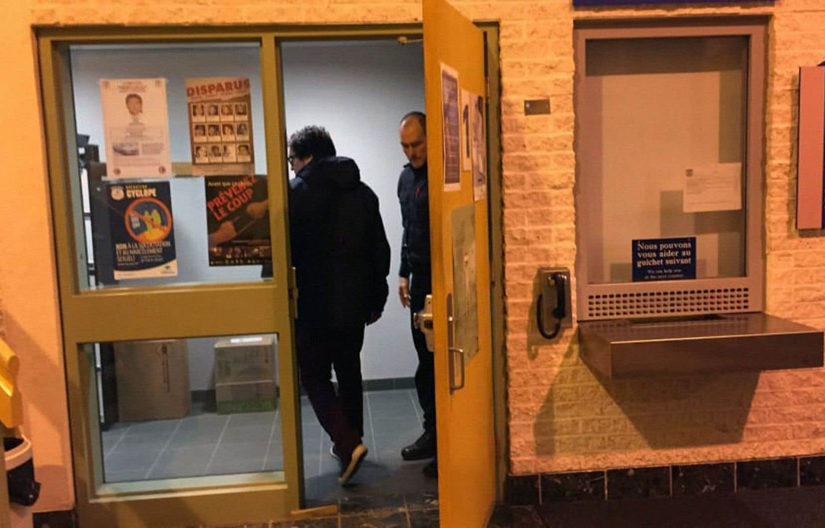Le journaliste Antoine Trépanier à son arrivée au poste de police de Gatineau, en fin de soirée jeudi.