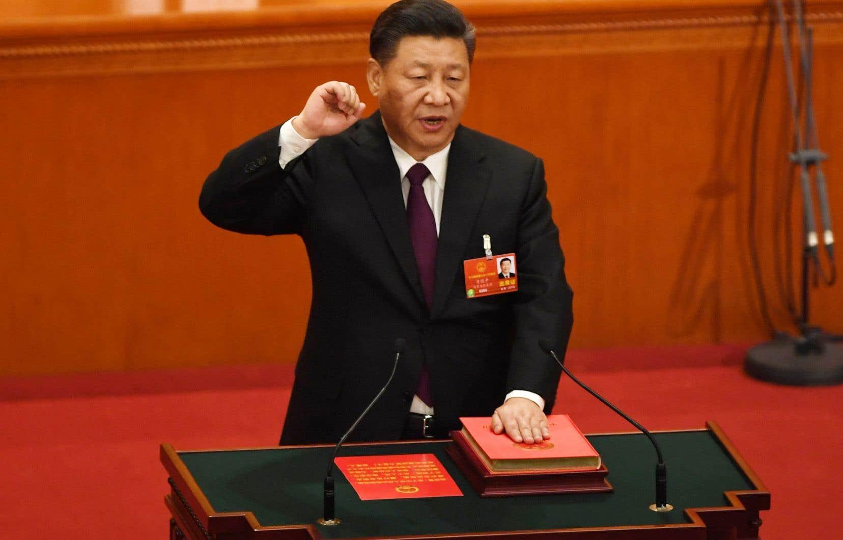 Le poing droit levé, Xi Jinping, 64ans, a juré de respecter la constitution lors d'une cérémonie inédite organisée dans le cadre grandiose du Palais du peuple à Pékin.