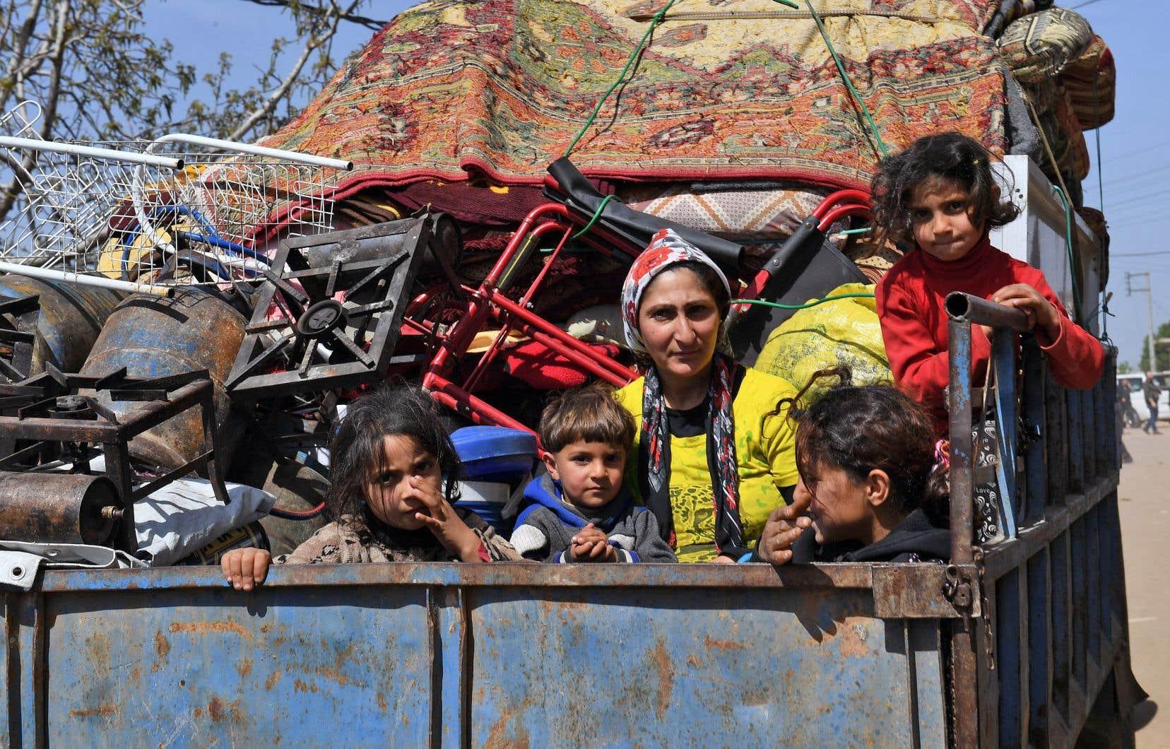 Une famille ayant quitté la ville d'Afrine est sur le point d'atteindre le village de az-Ziyarah.
