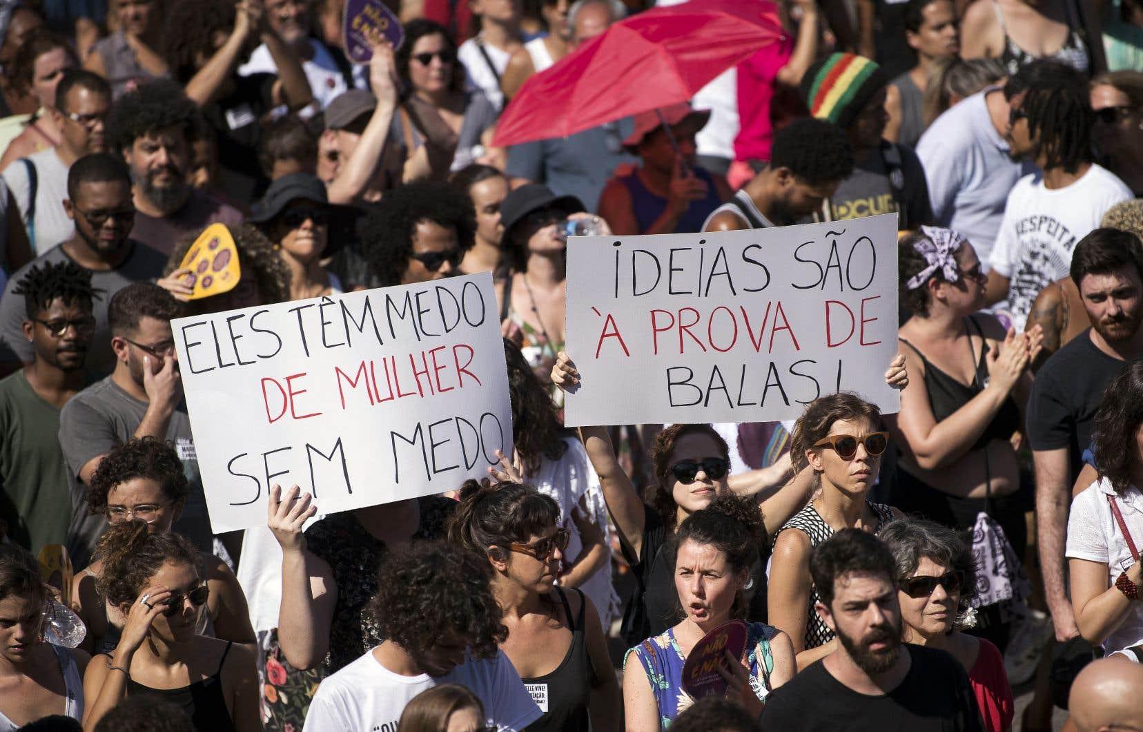 Dans les rues de Maré, la favela d'où était originaire Marielle Franco, des partisans de l'élue municipale se sont rassemblés pour lui rendre hommage.
