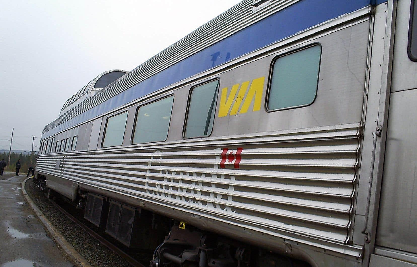 Via Rail procédera au renouvellement de son parc de locomotives et de voitures pour le corridor ferroviaire entre Québec et Windsor, en Ontario. La société de la Couronne lancera prochainement une demande de qualifications, qui sera suivie d'un appel d'offres.