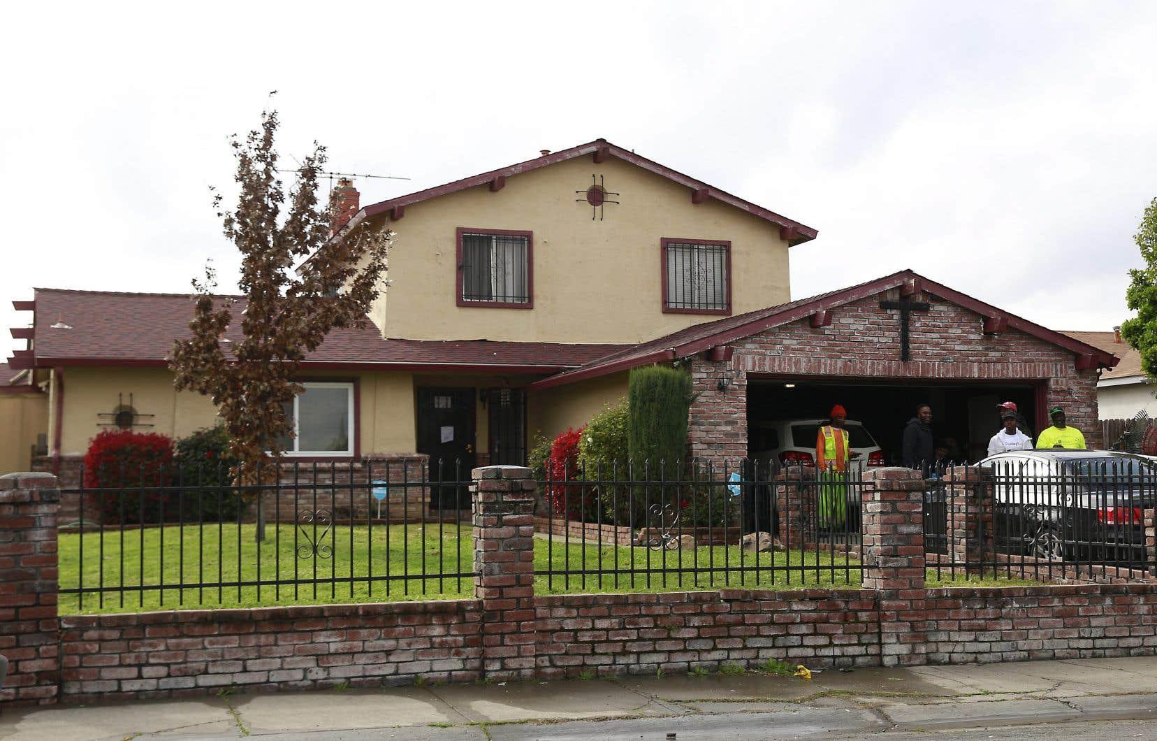 Des gens se rassemblent mercredi devant la maison où Stephon Alonzo Clark, 22 ans, a été abattu par deux policiers à Sacramento, en Californie.
