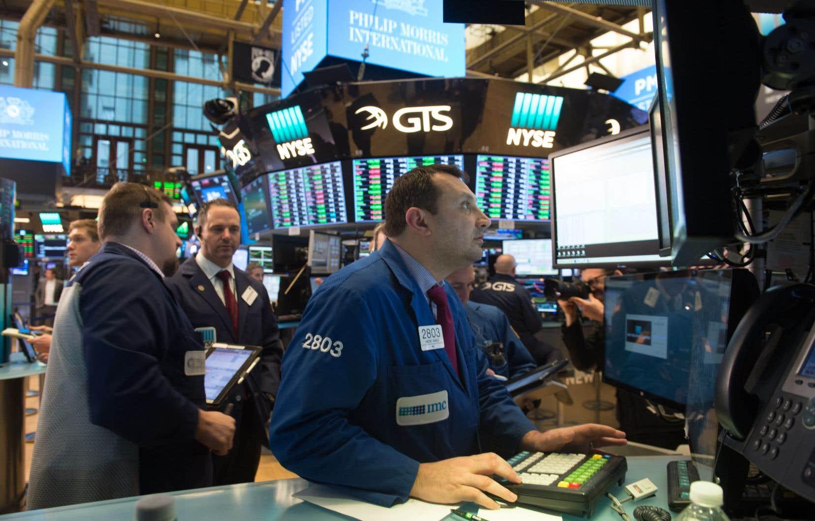 Vers 15H45, le Dow Jones perdait 3% à 23941,16 points, le Nasdaq reculant de 2,37% à 7 170,91 points et le S P 500 de 2,57% à 2 642,21 points.