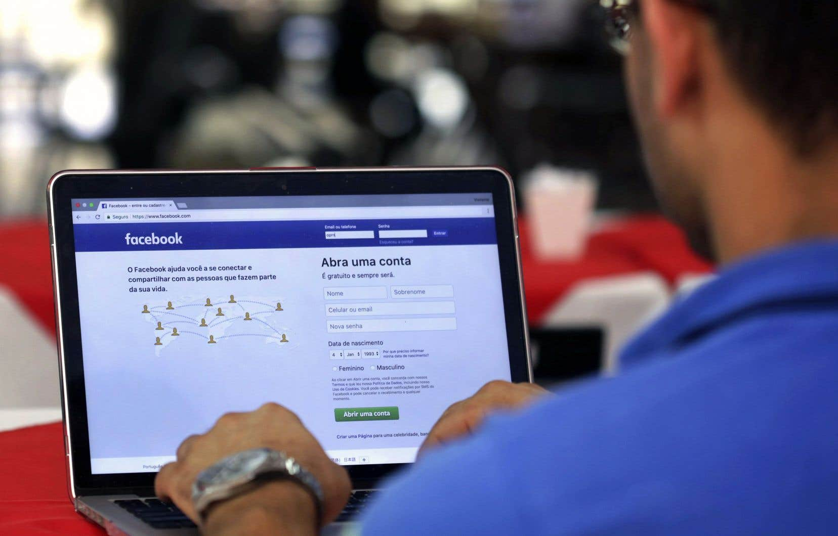 La firme britannique Cambridge Analytica aurait obtenu de façon inappropriée les données privées d'utilisateurs de Facebook afin de les utiliser pour soutenir la campagne présidentielle de Donald Trump.