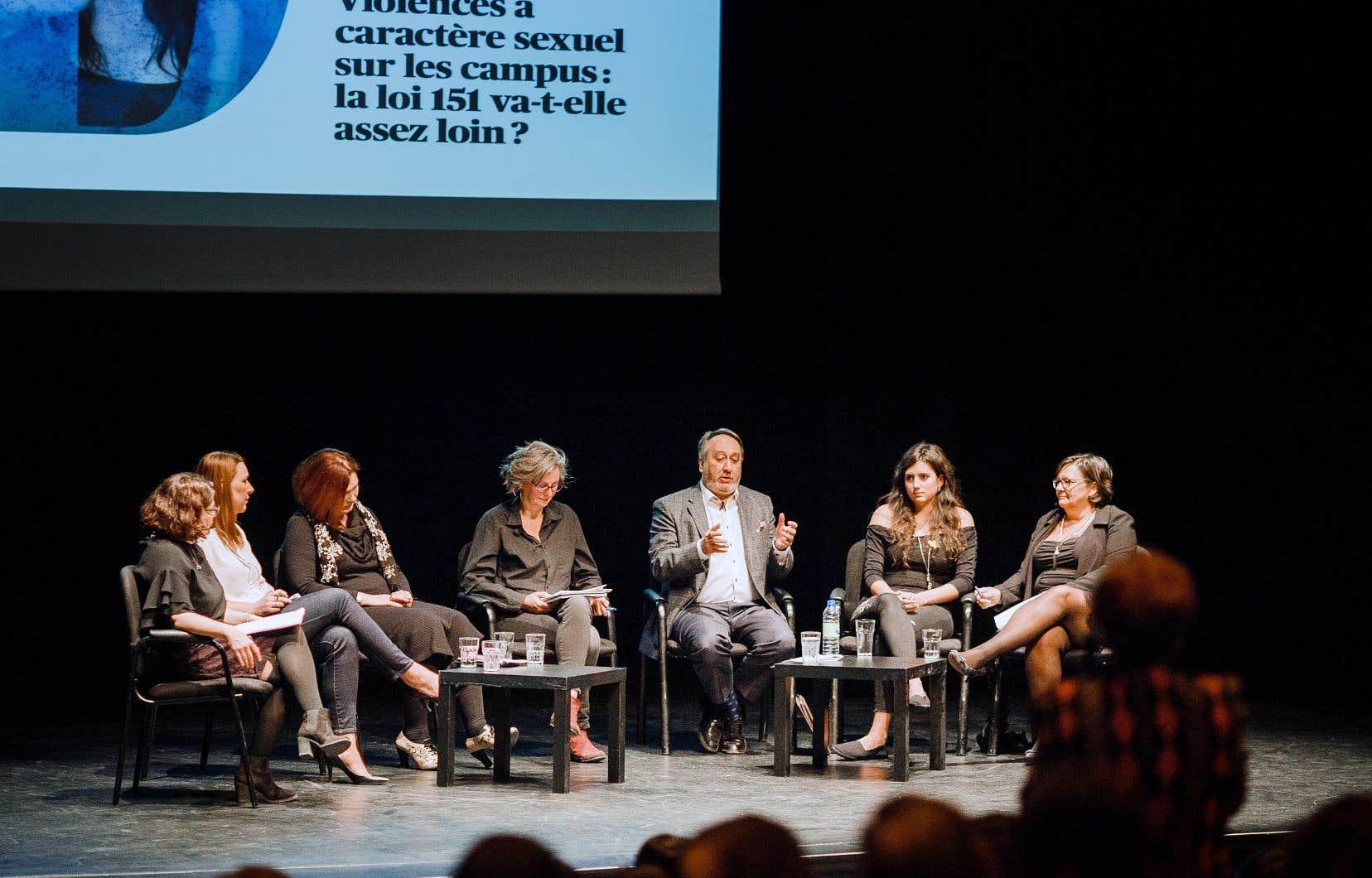 La première édition 2018 du Devoir de débattre était animée par la directrice de l'information Marie-Andrée Chouinard et réunissait six panélistes d'horizons variés (de gauche à droite) : Jessica Nadeau, Rachel Chagnon, Sandrine Ricci, Michel Patry, Mélanie Lemay et Sylvie Barcelo.