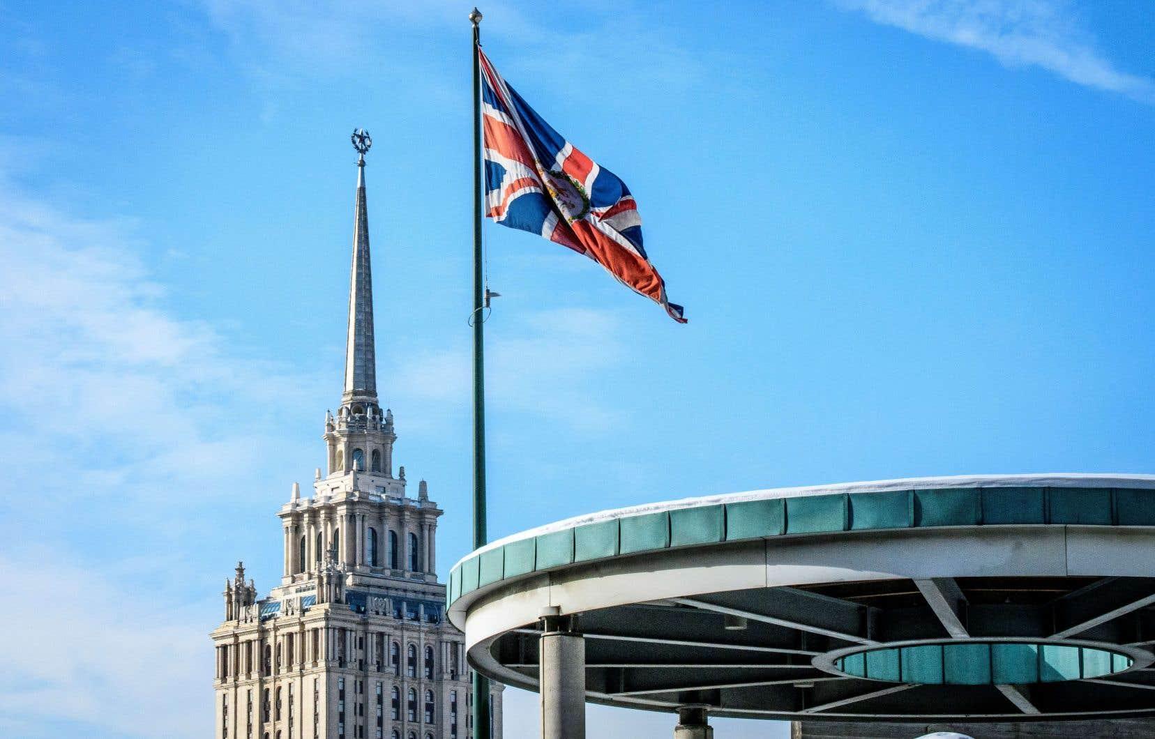 Un drapeau britannique flotte devant l'ambassade du Royaume-Uni, à Moscou.