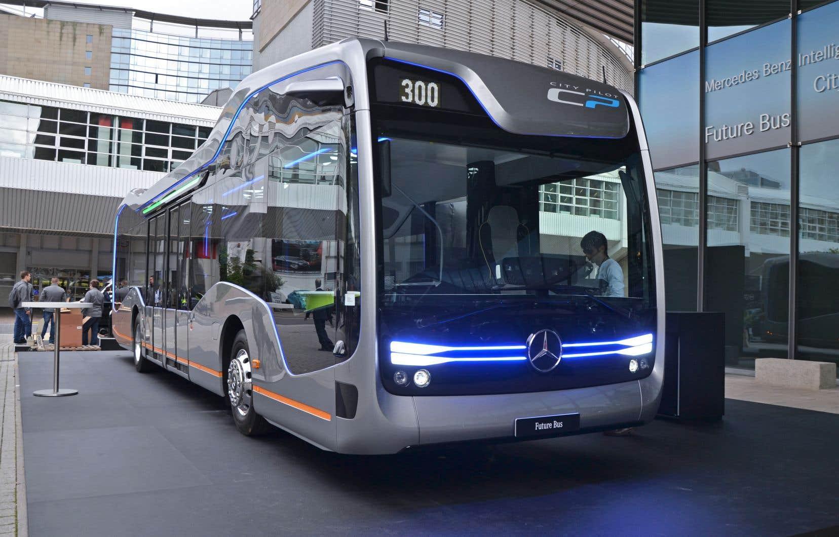 Avec les avancées de l'automatisation, le domaine du transport est en train de se transformer, croit l'auteur. Sur la photo, le fabricant Mercedes-Benz a présenté en 2017 un autobus pouvant se déplacer sans chauffeur.