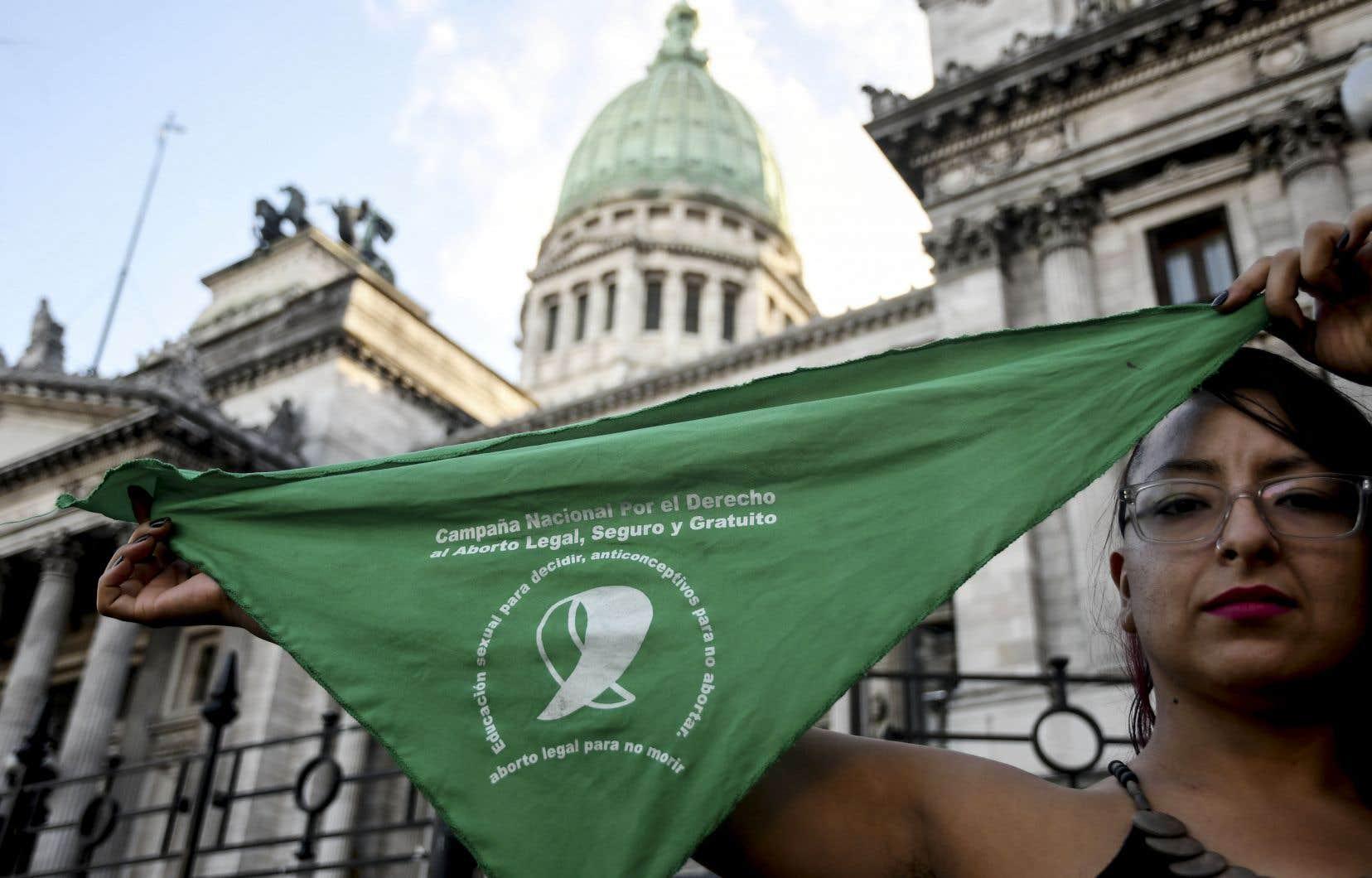Lors d'une manifestation à Buenos Aires, une femme arbore un foulard vert, le symbole des revendications en faveur de la légalisation de l'avortement.