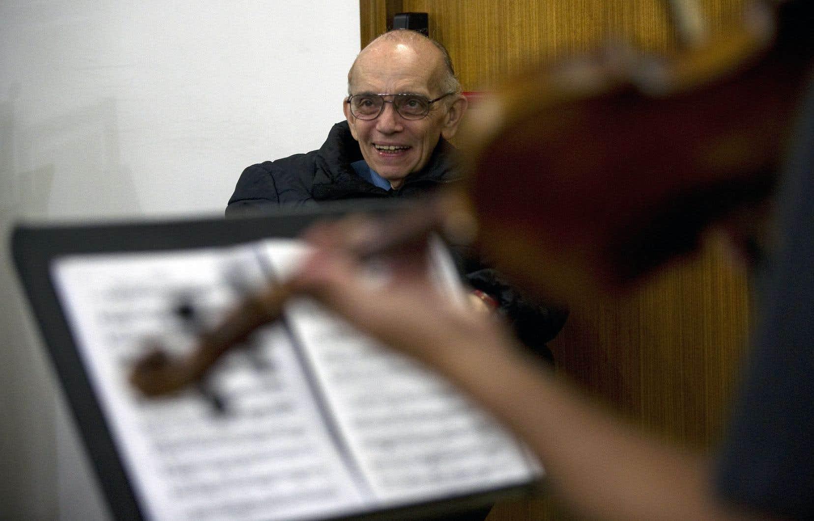José Antonio Abreu observe des jeunes du programme durant une entrevue à Caracas, en 2012.