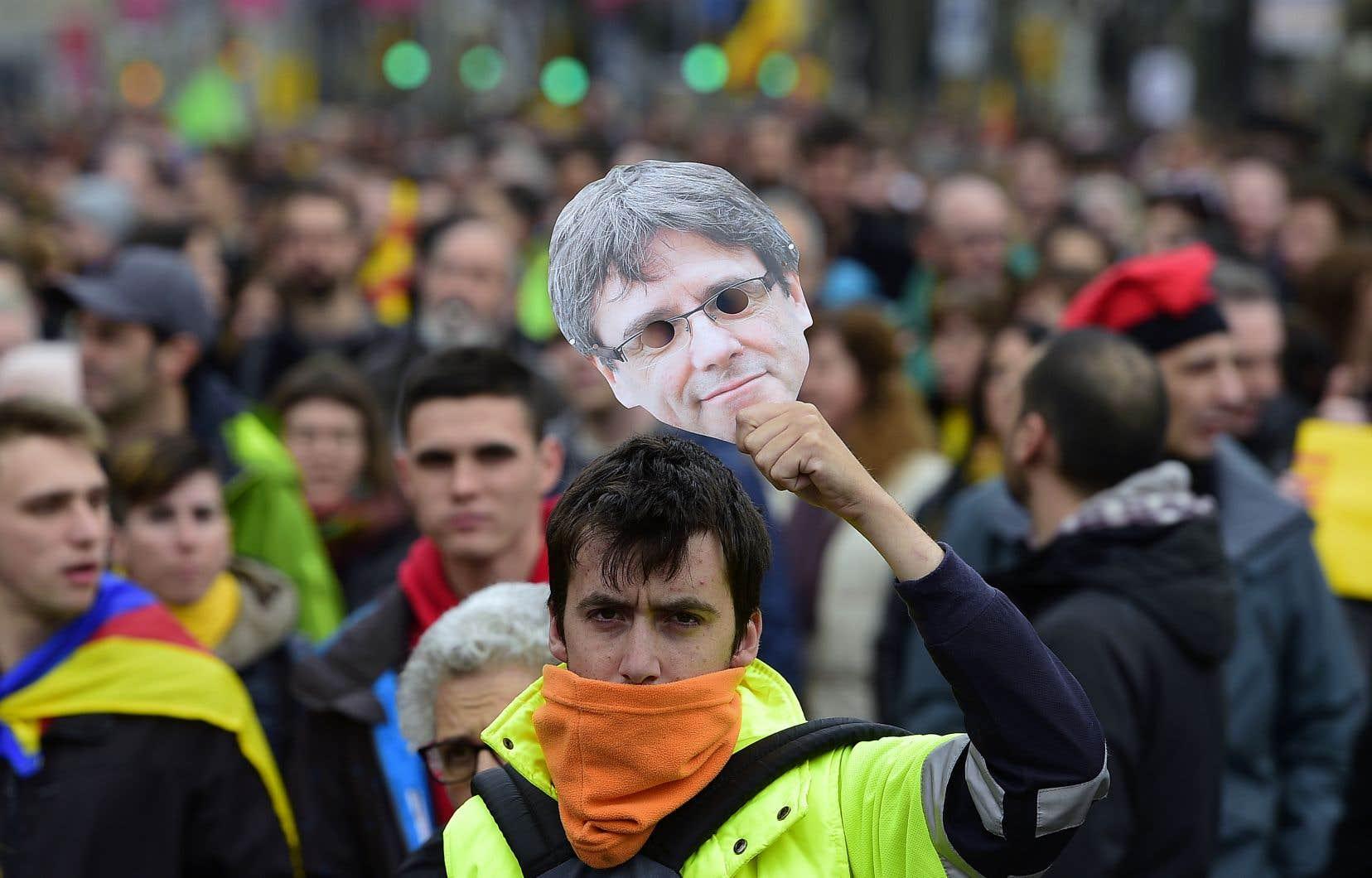 Des milliers de manifestants indépendantistes ont battu le pavé à Barcelone, dimanche.