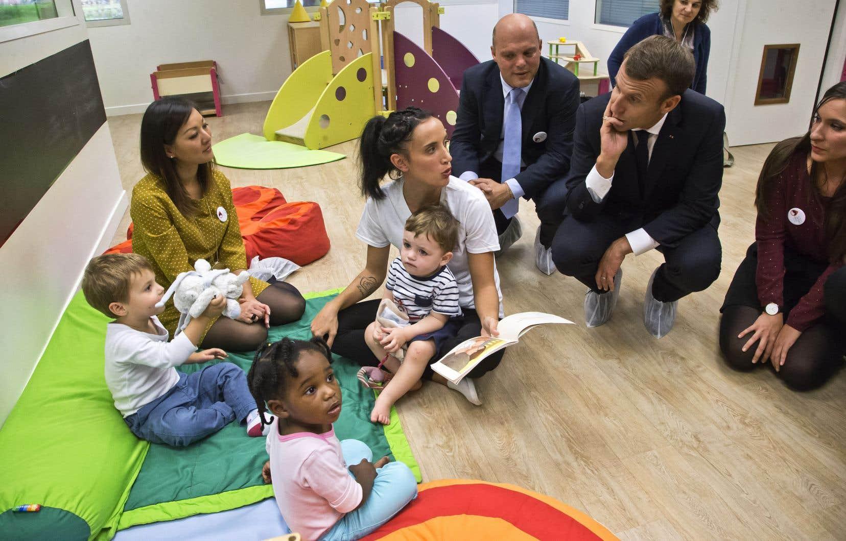 Le président français, Emmanuel Macron, lors d'une visite d'une école maternelle dans le nord de Paris l'an dernier