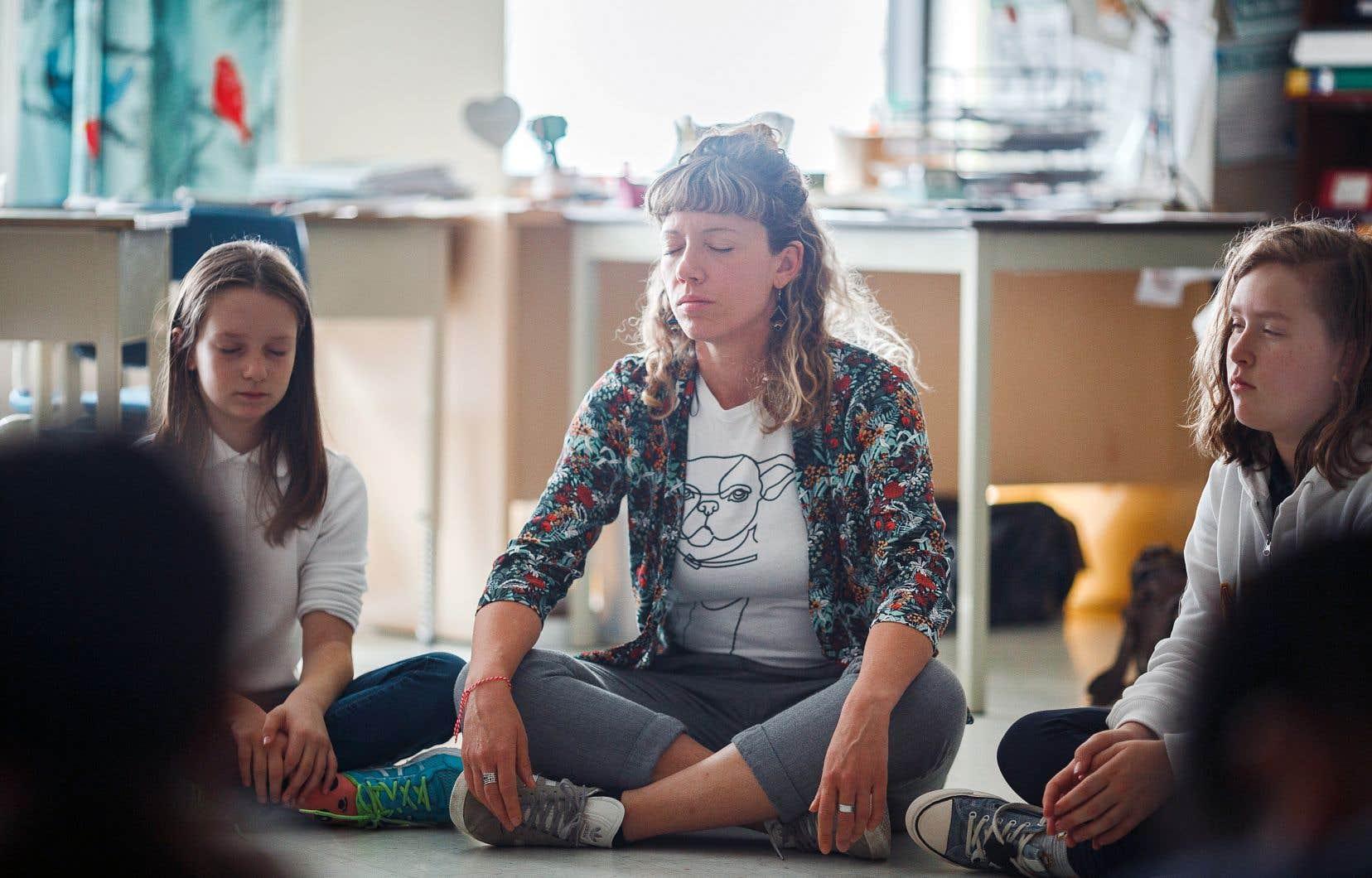 Marie-Christine Poutré anime des ateliers de philosophie pour ses élèves de l'école des Amis-du-Monde à Côte-Saint-Luc, dans l'ouest de Montréal.