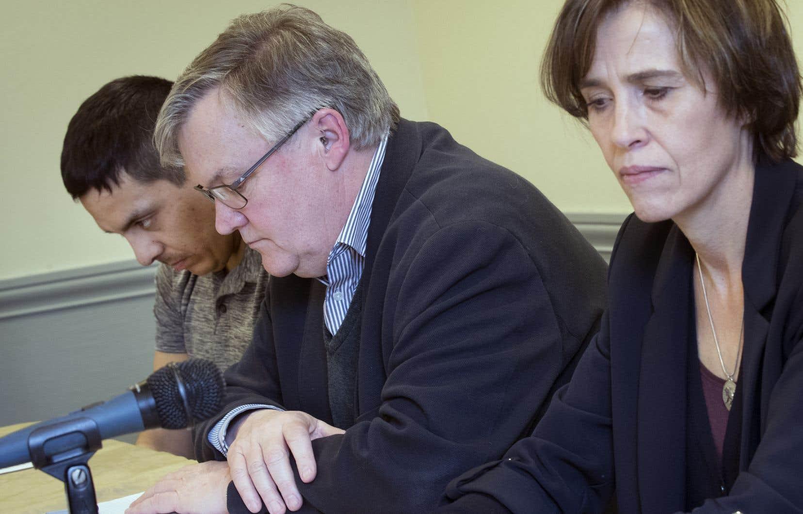 Le conseiller Normand Bellefleur Junior, l'avocat Alain Arsenault et la nièce du père Joveneau, Marie-Christine Joveneau