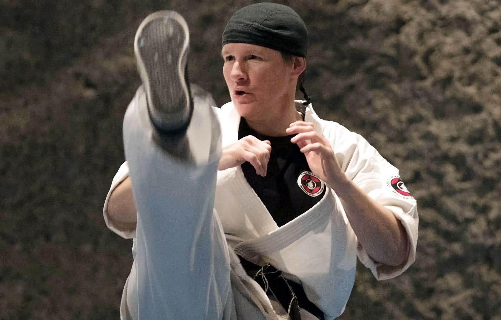 Sœur Chantal Desmarais pratique le karaté comme un art et incarne le code du samouraï dans chacun de ses gestes.