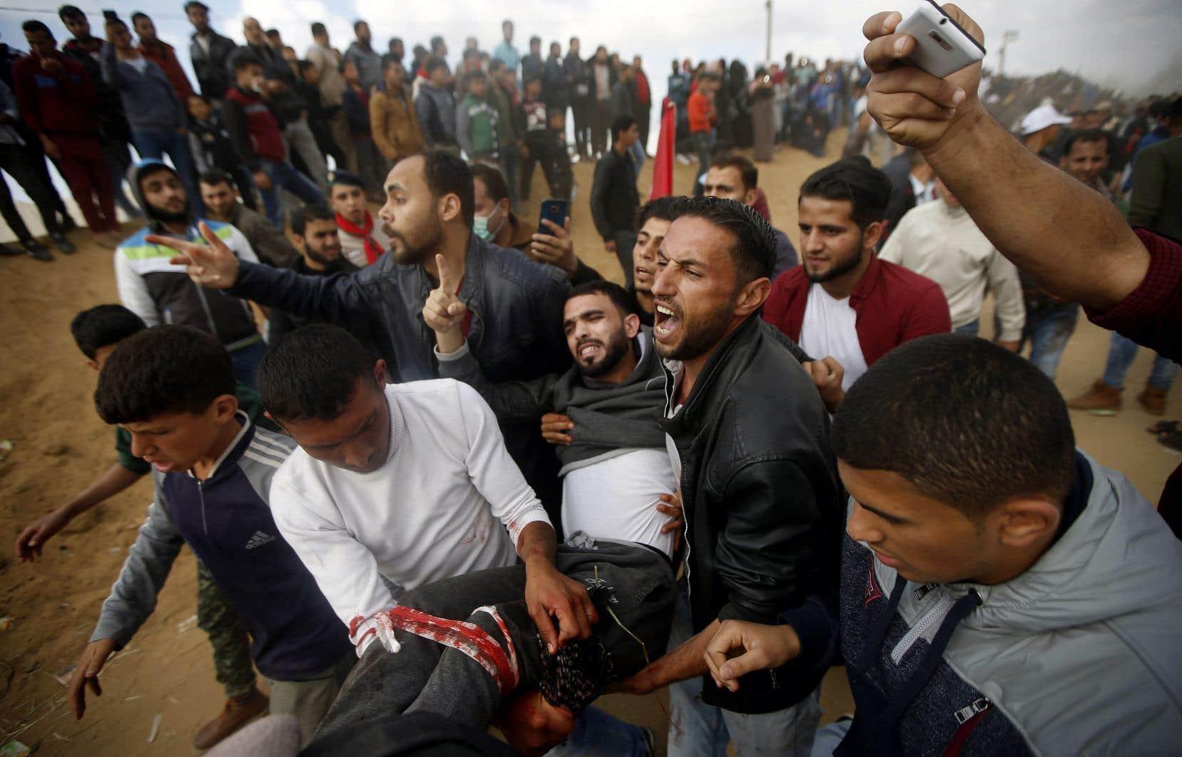 Des manifestants palestiniens ont marché par milliers vers la barrière qui sépare Israël de la bande de Gaza, vendredi, jetant des pierres et attirant les tirs des soldats israéliens qui ont fait au moins 16 morts et des centaines de blessés.