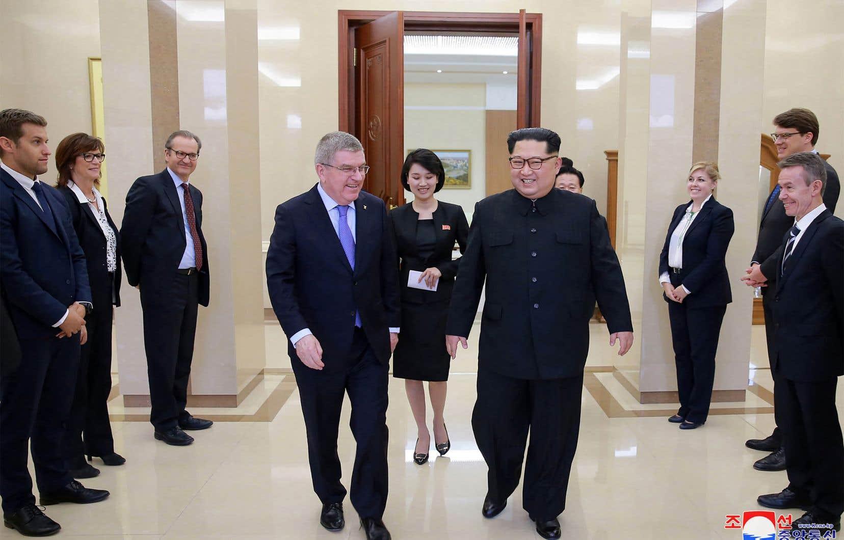 Le dirigeant nord-coréen, Kim Jong-Un (droite), s'entretient avec le président du Comité international olympique, Thomas Bach.