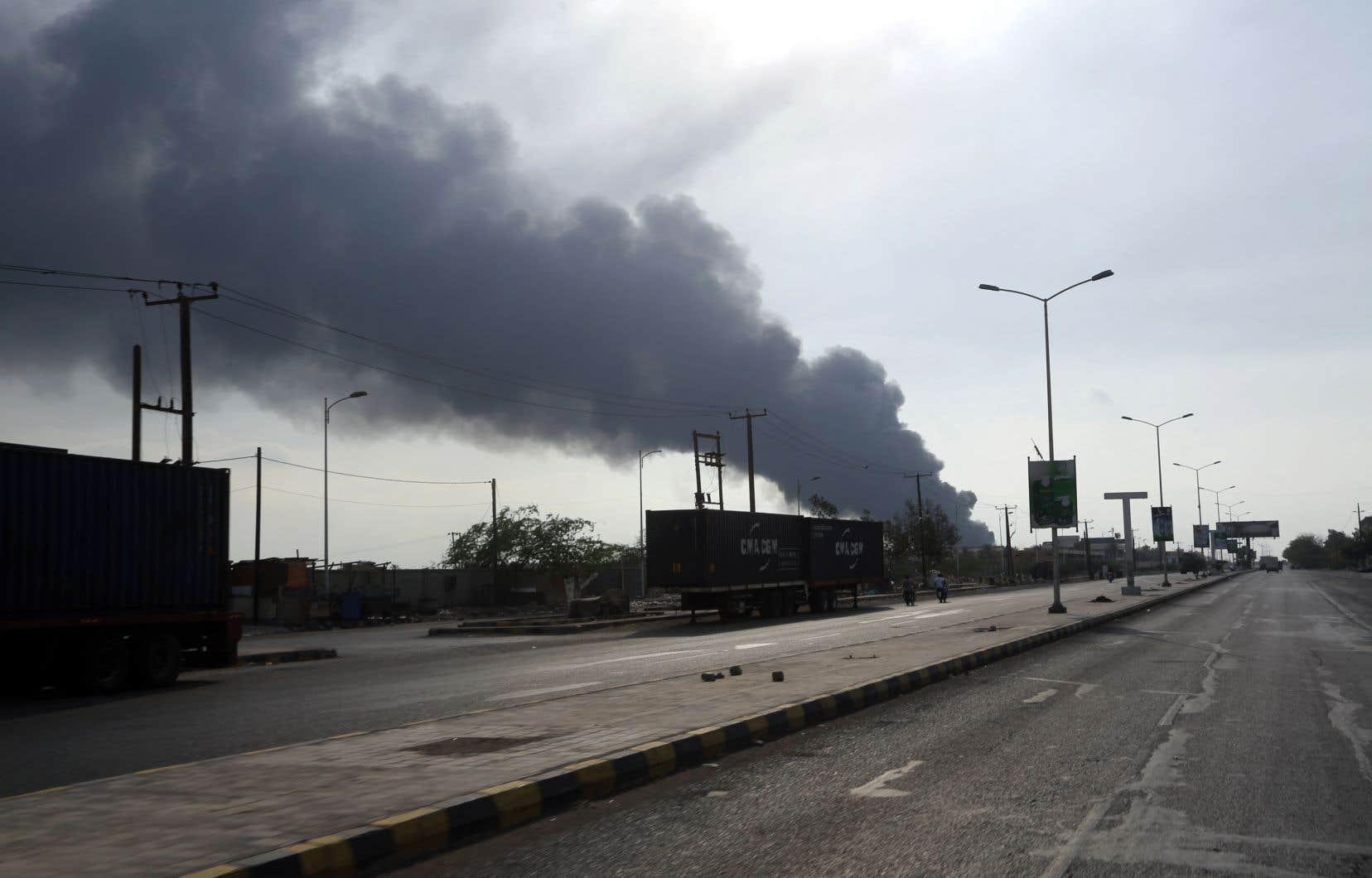 La télévision al-Massirah, contrôlée par les rebelles, a évoqué un raid aérien contre un camp de personnes déplacées et affirmé que des femmes et des enfants figuraient parmi les morts.