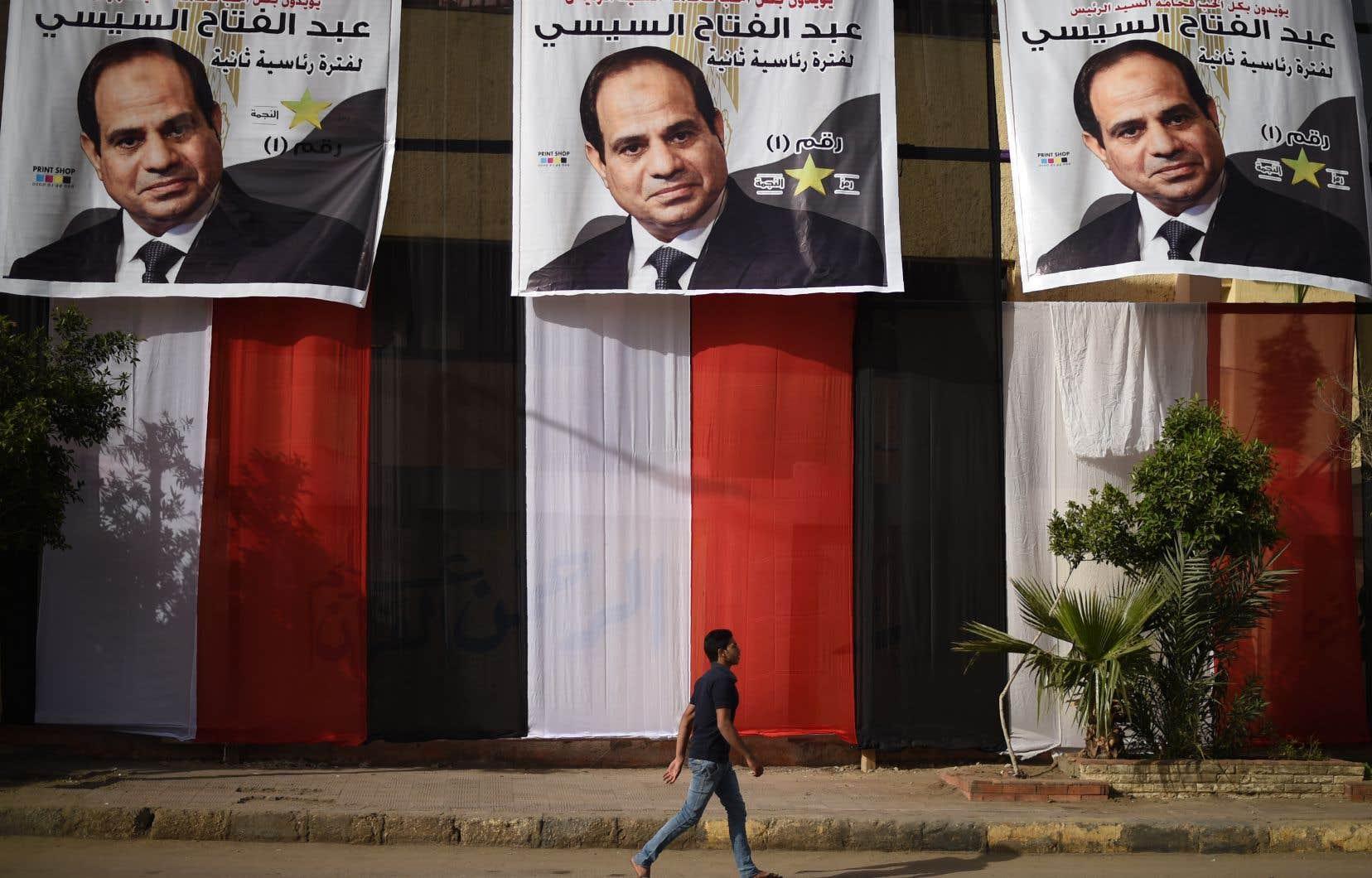 Des pancartes électorales montrant le président égyptien Abdel Fattah al-Sissi, réélu avec une majorité écrasante des voix