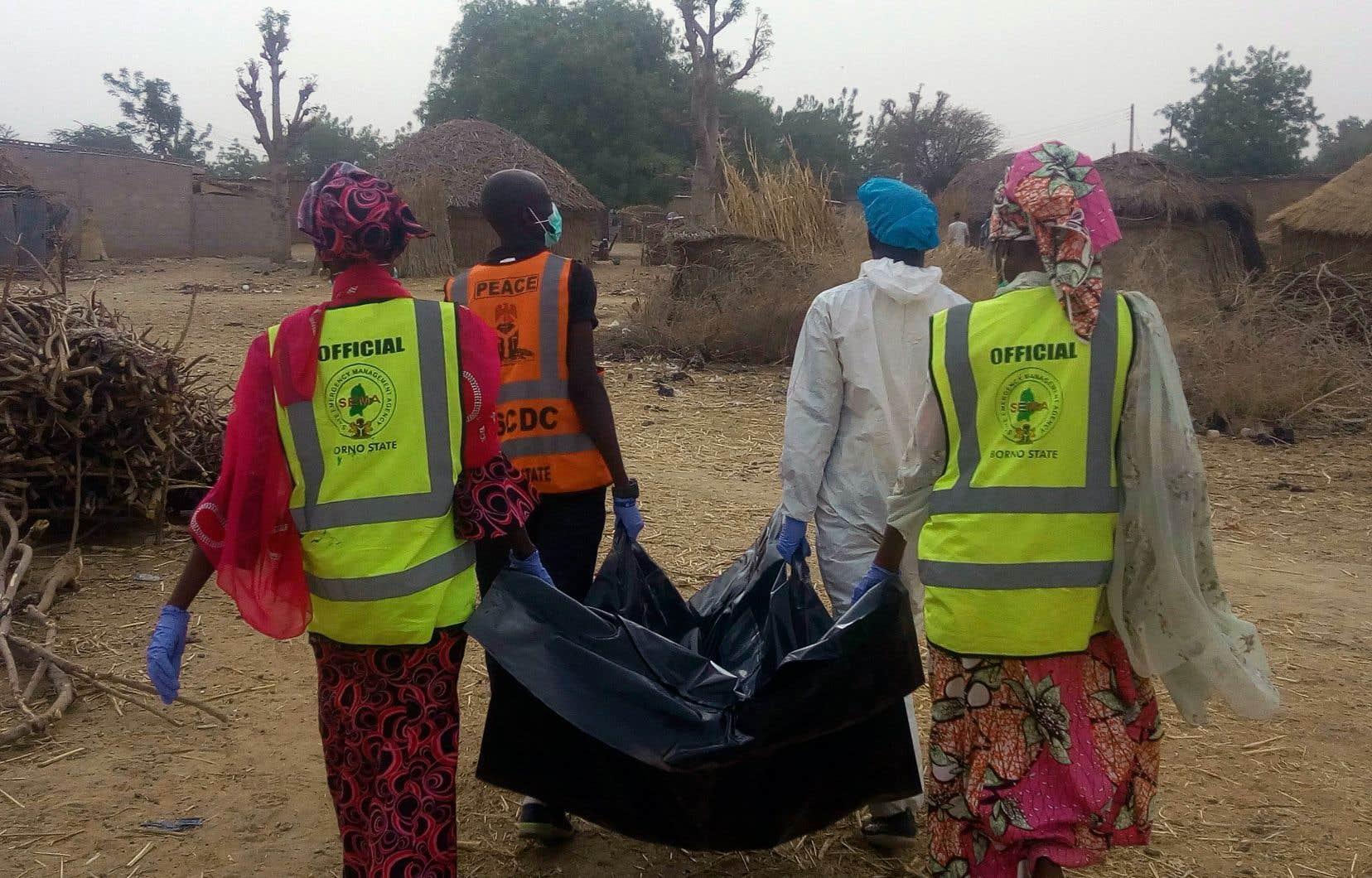Une équipe de secouristes portent le corps d'une victime des attaques contre Maiduguri. Au total, au moins une vingtaine de personnes ont été tuées.