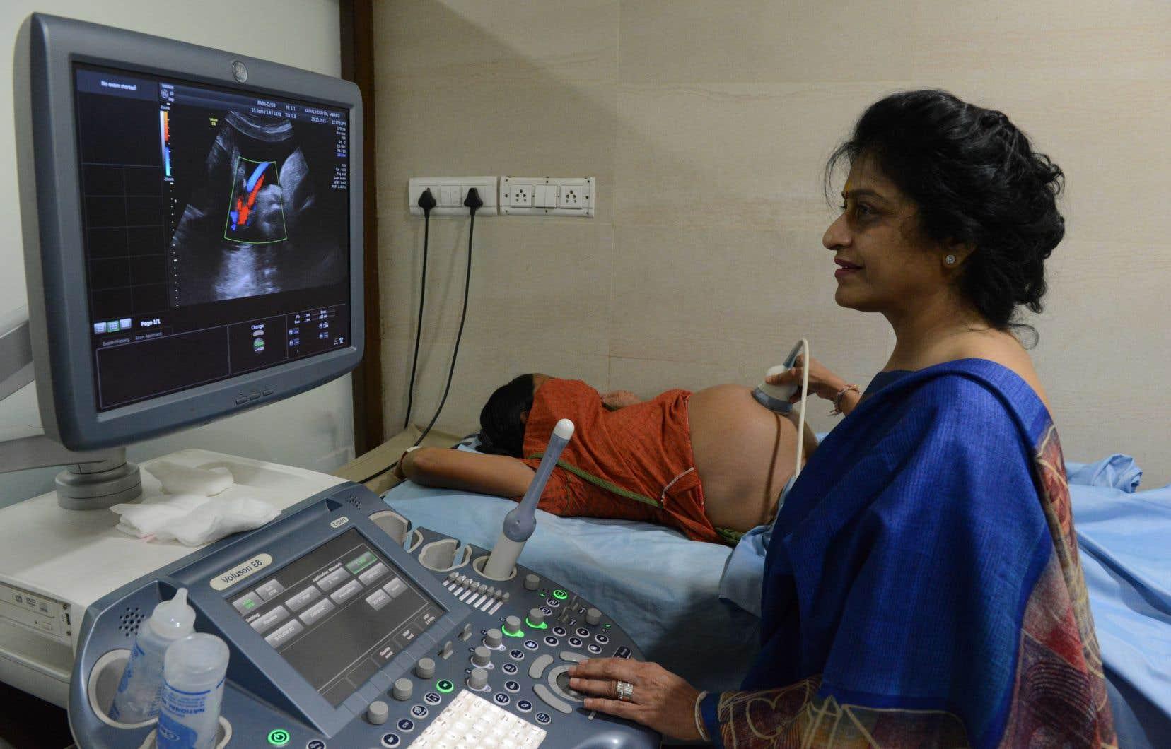 L'exploitation de mères porteuses à des fins commerciales a cours dans de nombreux pays, notamment en Inde, souligne l'auteure.