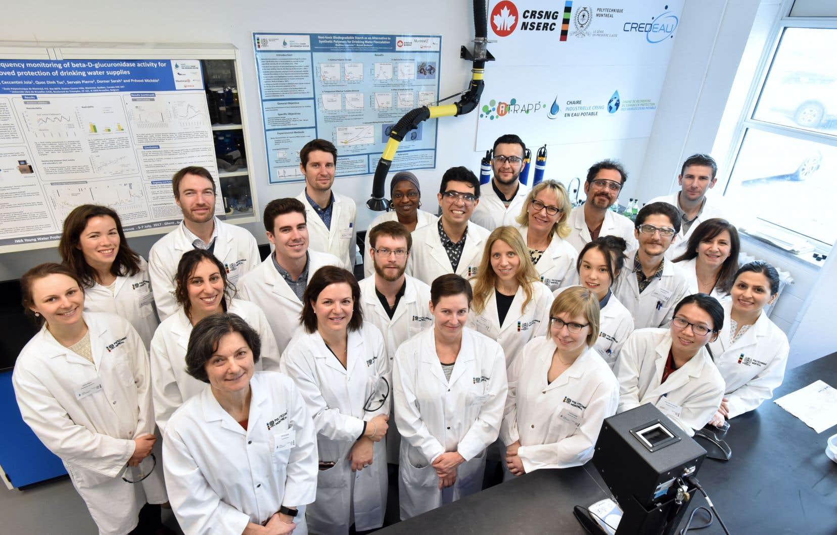 Michèle Prévost (3e en partant à droite de la 3e rangée) dans son laboratoire entourée de ses étudiants