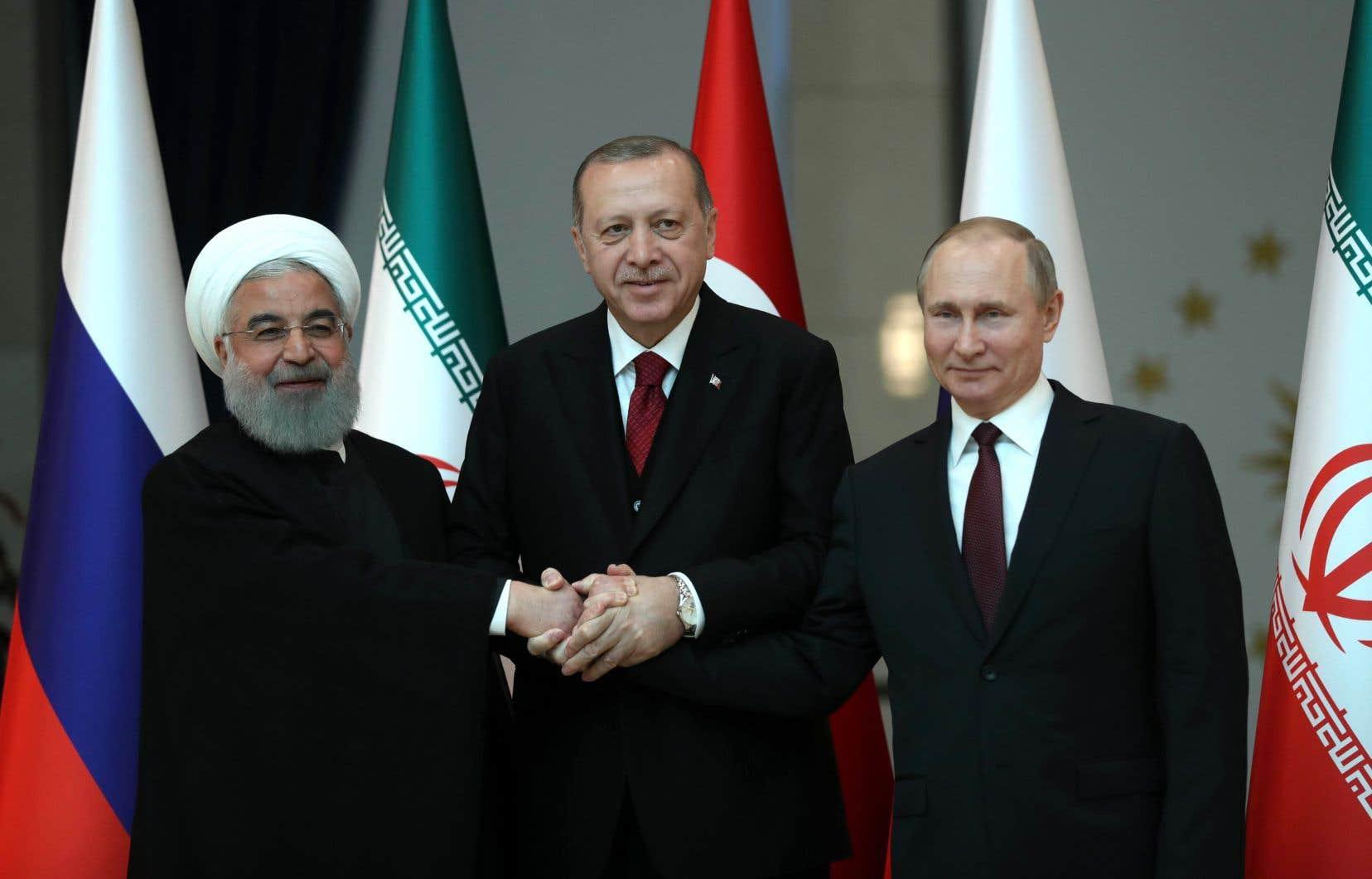 Les présidents turc Recep Tayyip Erdogan, russe Vladimir Poutine et iranien Hassan Rohani ont échangé une poignée de main devant les caméras avant d'entamer les discussions.