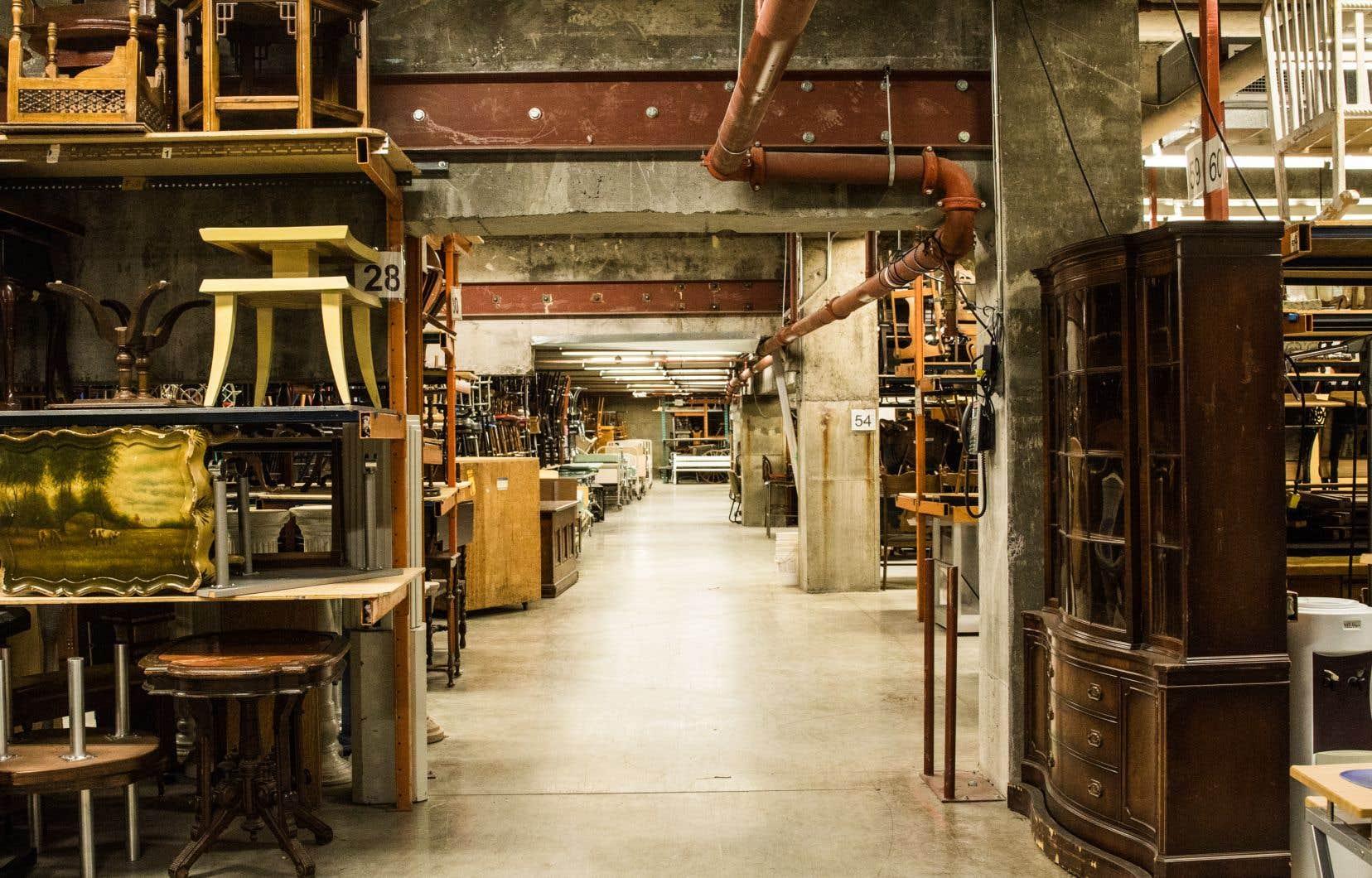 Les archives de Radio-Canada comptent encore 55 000 meubles et accessoires qui sont jugés «non patrimoniaux».
