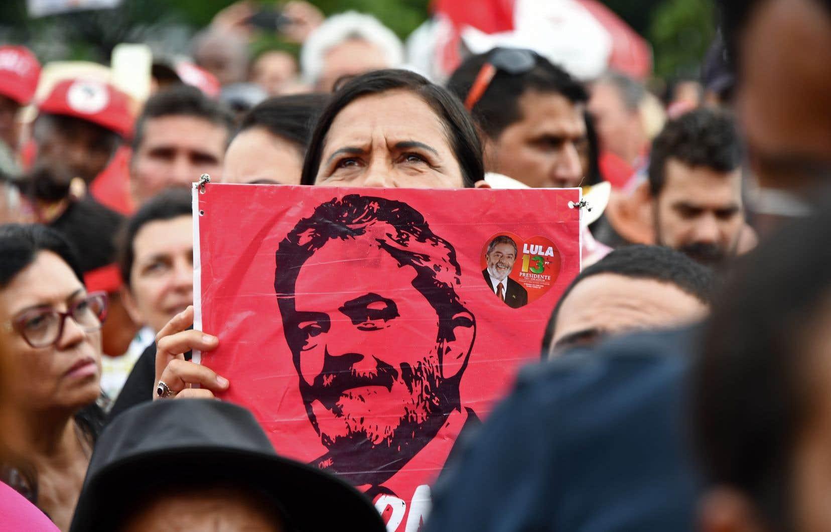 Malgré sa probable incarcération, Lula reste favori des sondages pour la présidentielle d'octobre.