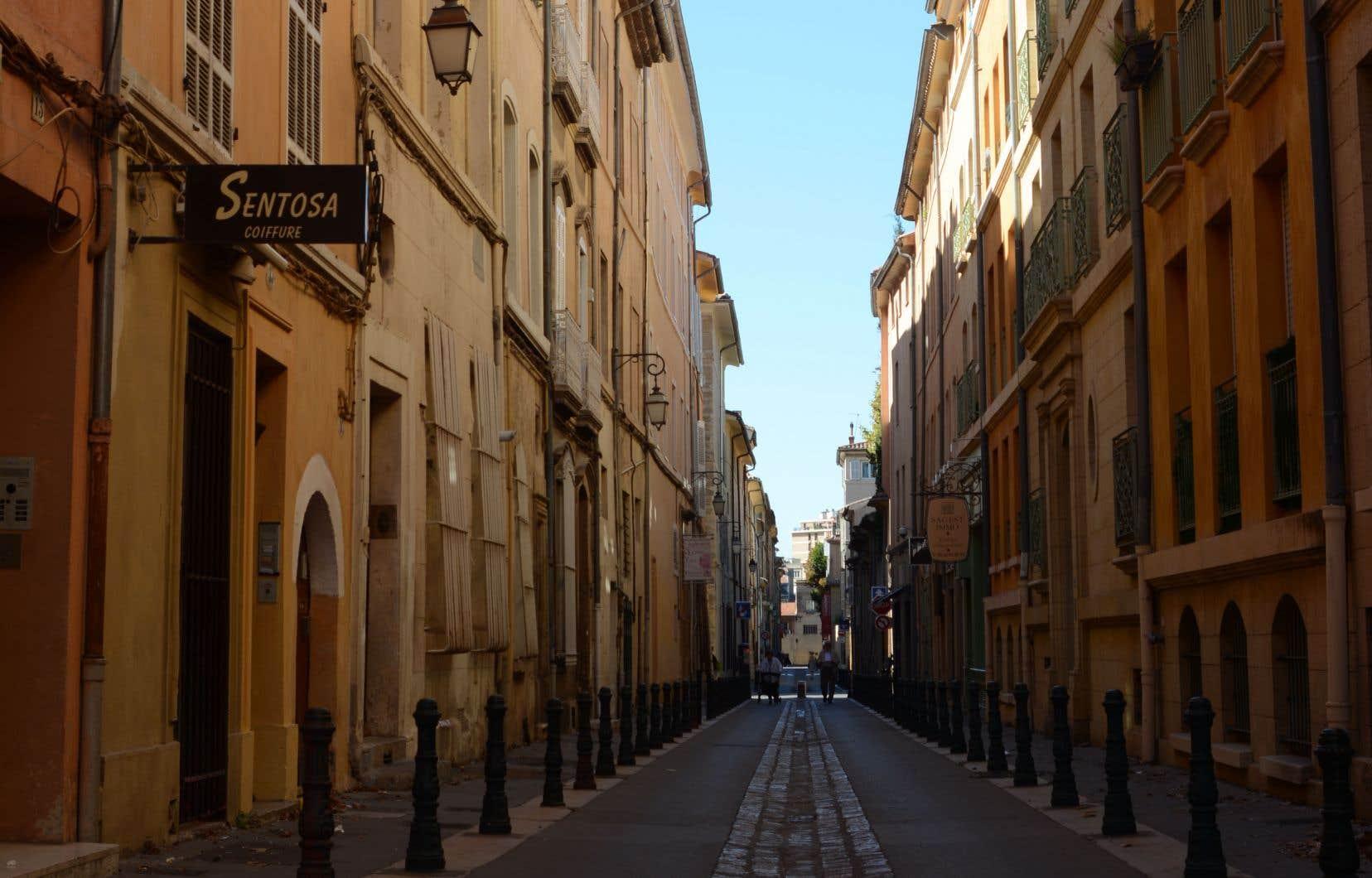 Aix-en-Provence est raffinée et colorée. Sa vieille ville est parsemée de fontaines, d'hôtels particuliers (près de 200) et de bâtiments aux devantures roses, jaunes et terreuses, qui s'accordent à merveille avec les couleurs de la garrigue environnante.