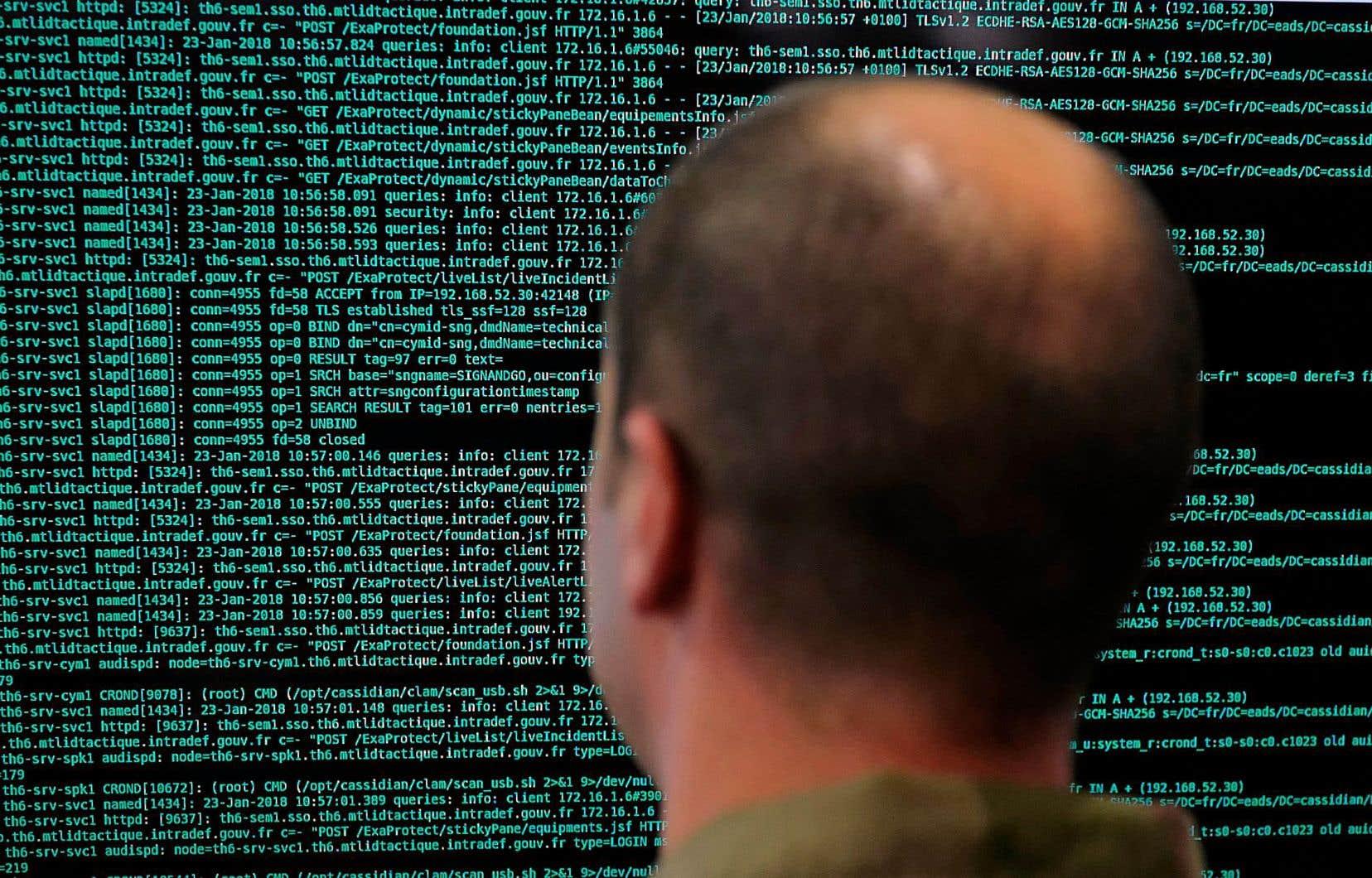 Un soldat français lit des lignes de code sur son écran au ministère de la Défense au cours d'un forum international sur la cybersécurité qui s'est déroulé à Lille en janvier dernier.