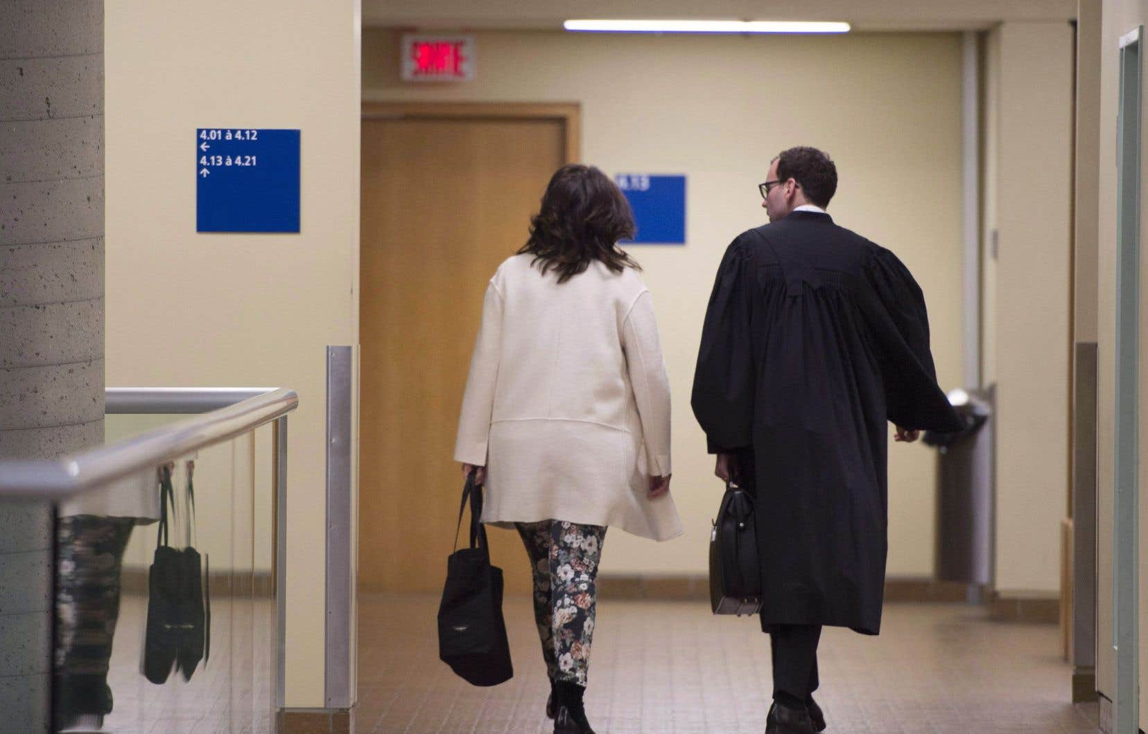 Nathalie Normandeau arrive en cour avec son avocat,Me Maxime Roy, en octobre dernier.