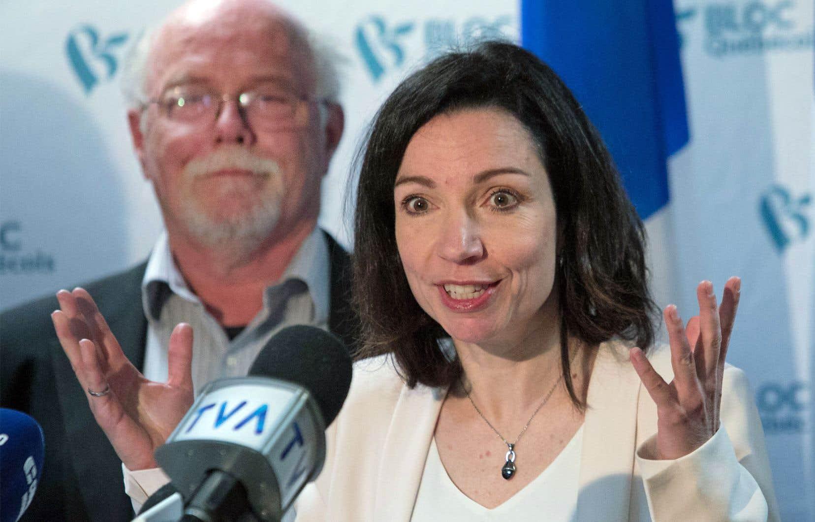 Entourée de quelques conseillers, Martine Ouellet a présenté vendredi une proposition de programme politique d'une soixantaine de pages.