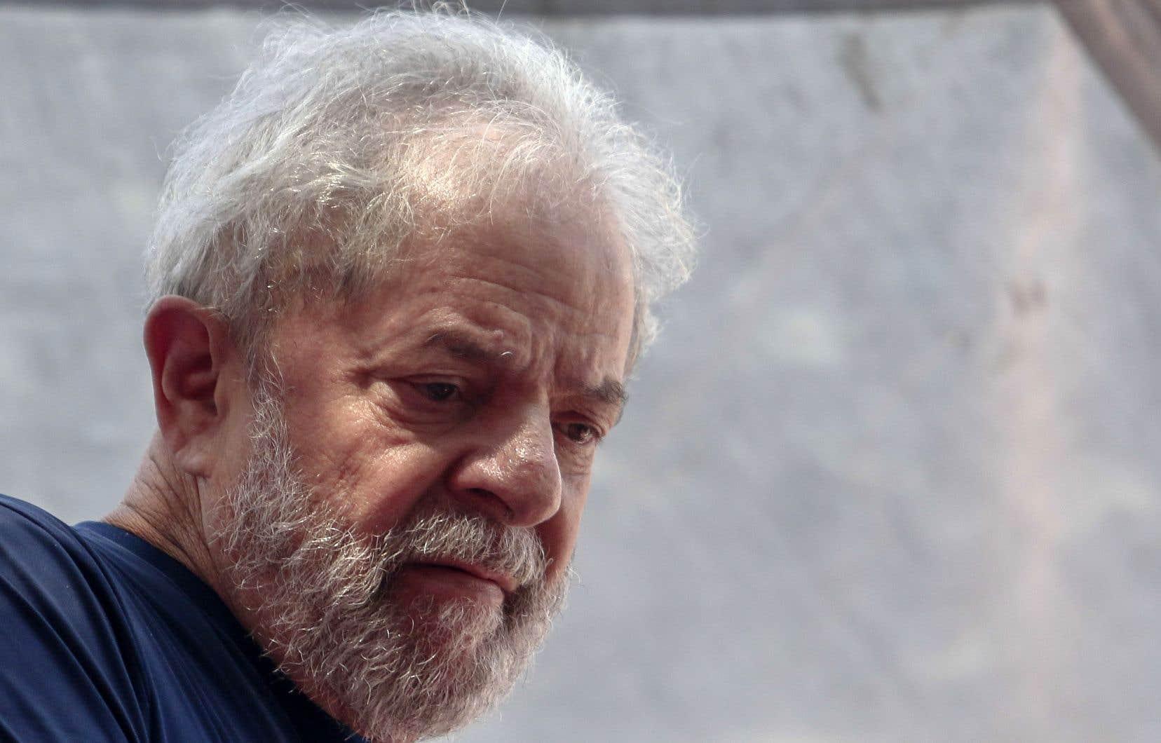 Après son arrestation, Lula devait être conduit à 400km de São Bernardo do Campo, à Curitiba, ville du sud où est basé le juge Moro, pour y être incarcéré.