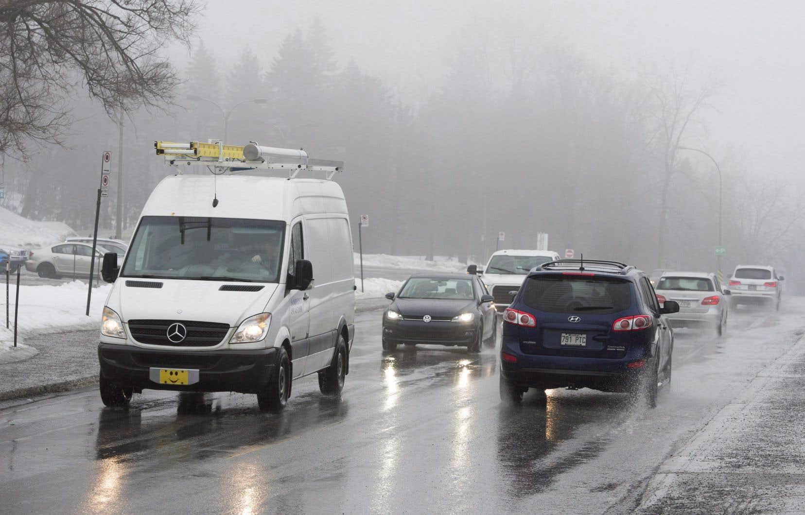 Le citoyen obligé de se déplacer aux heures de pointe peut endurer sa condition d'automobiliste pris dans les files de véhicules ou sa condition d'usager d'un transport en commun trop lent, déplore l'auteur.