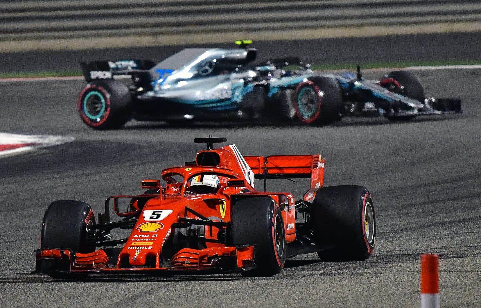 Le pilote allemand Sebastian Vettel, de l'écurie Ferrari, négocie une courbe de la piste du Grand Prix de Bahreïn.