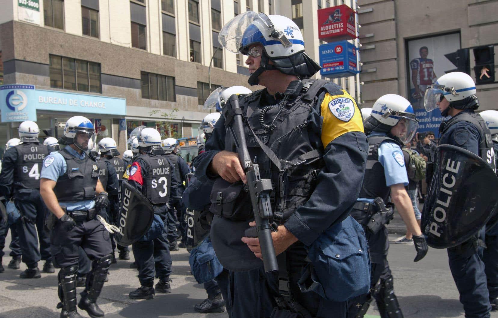 Plusieurs citoyens et représentants d'organisations présents à l'hôtel de ville mardi ont fait valoir que les armes intermédiaires pouvaient être dangereuses et qu'il fallait songer à les bannir.